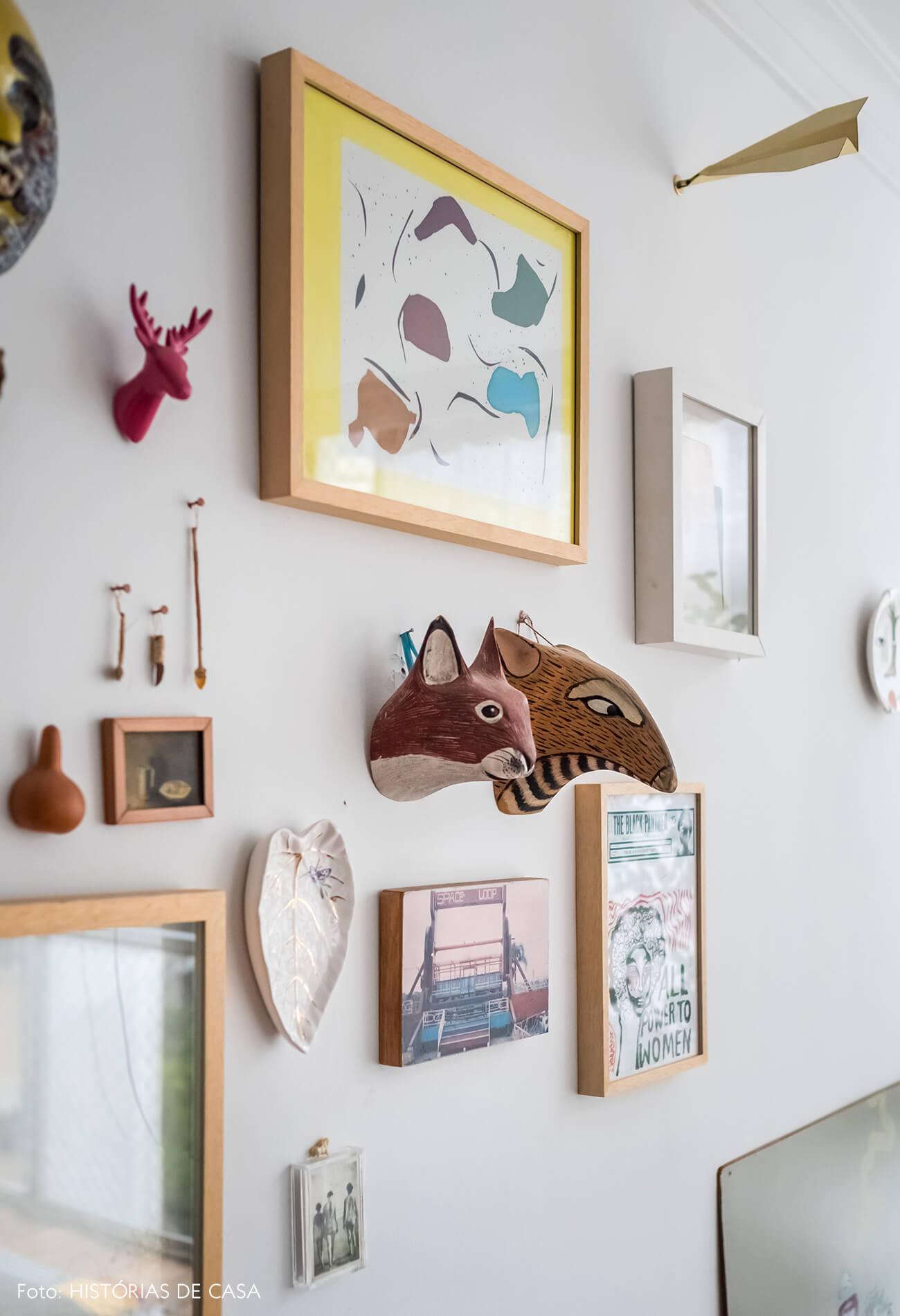 Decoração, parede de quadrinhos com esculturas e memórias