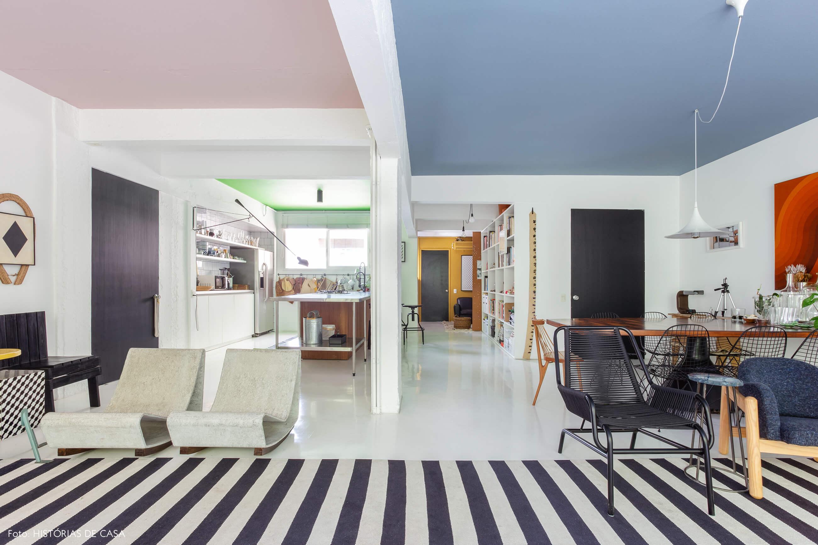 Apartamento do Maurício Arruda, sala com tetos coloridos e cozinha integrada