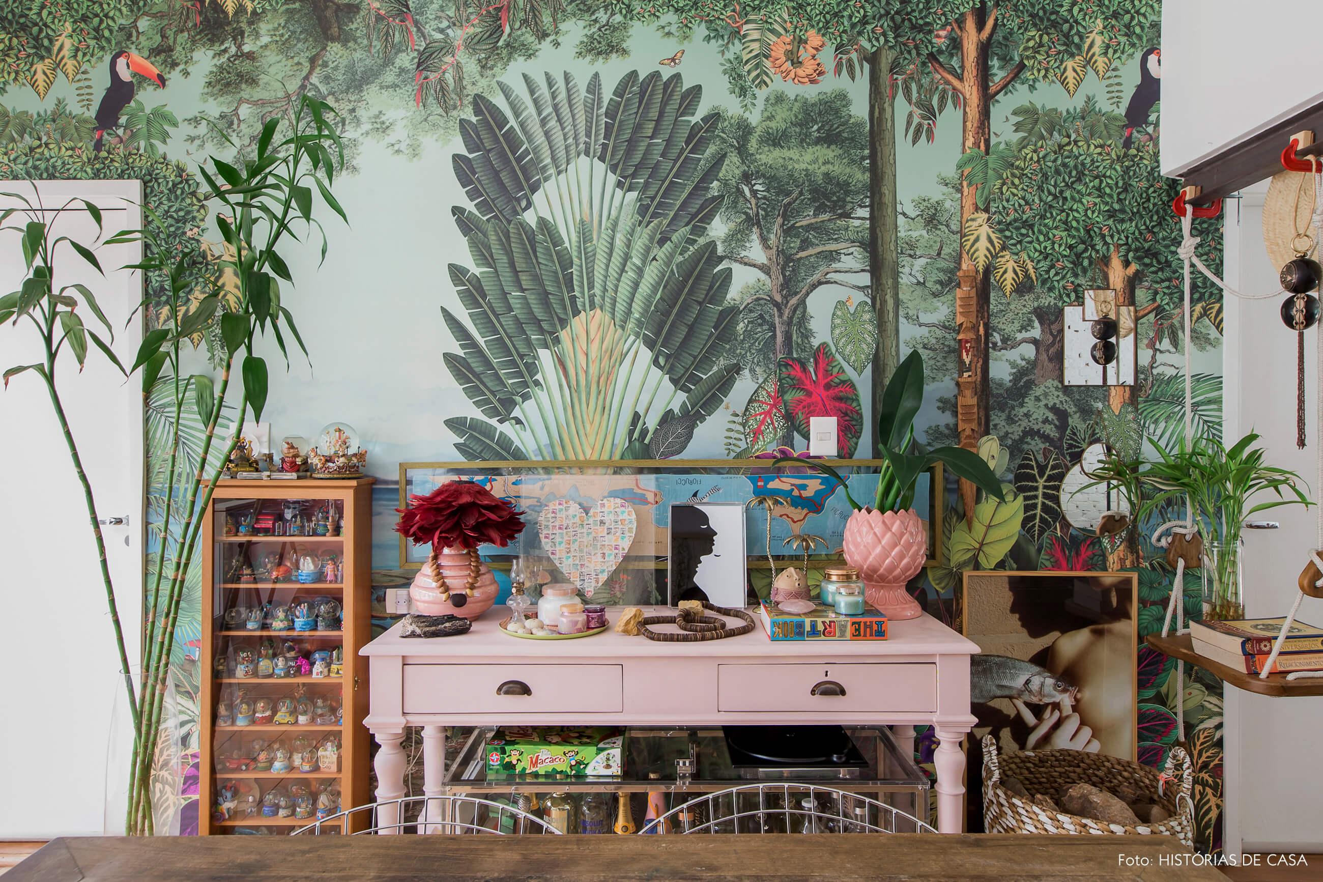 Casa com decoração eclética, papel de parede floresta by Adriana Barra