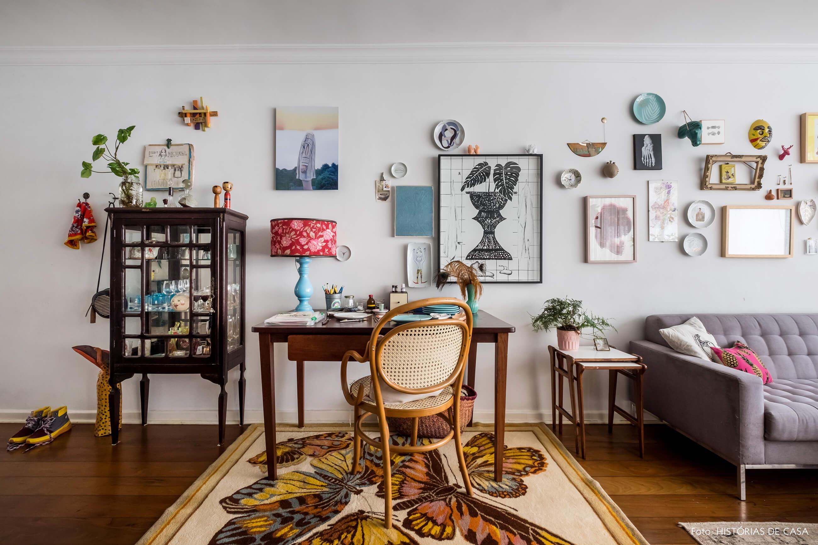 Sala com home office e ateliê, mesa de madeira com cadeira Thonet