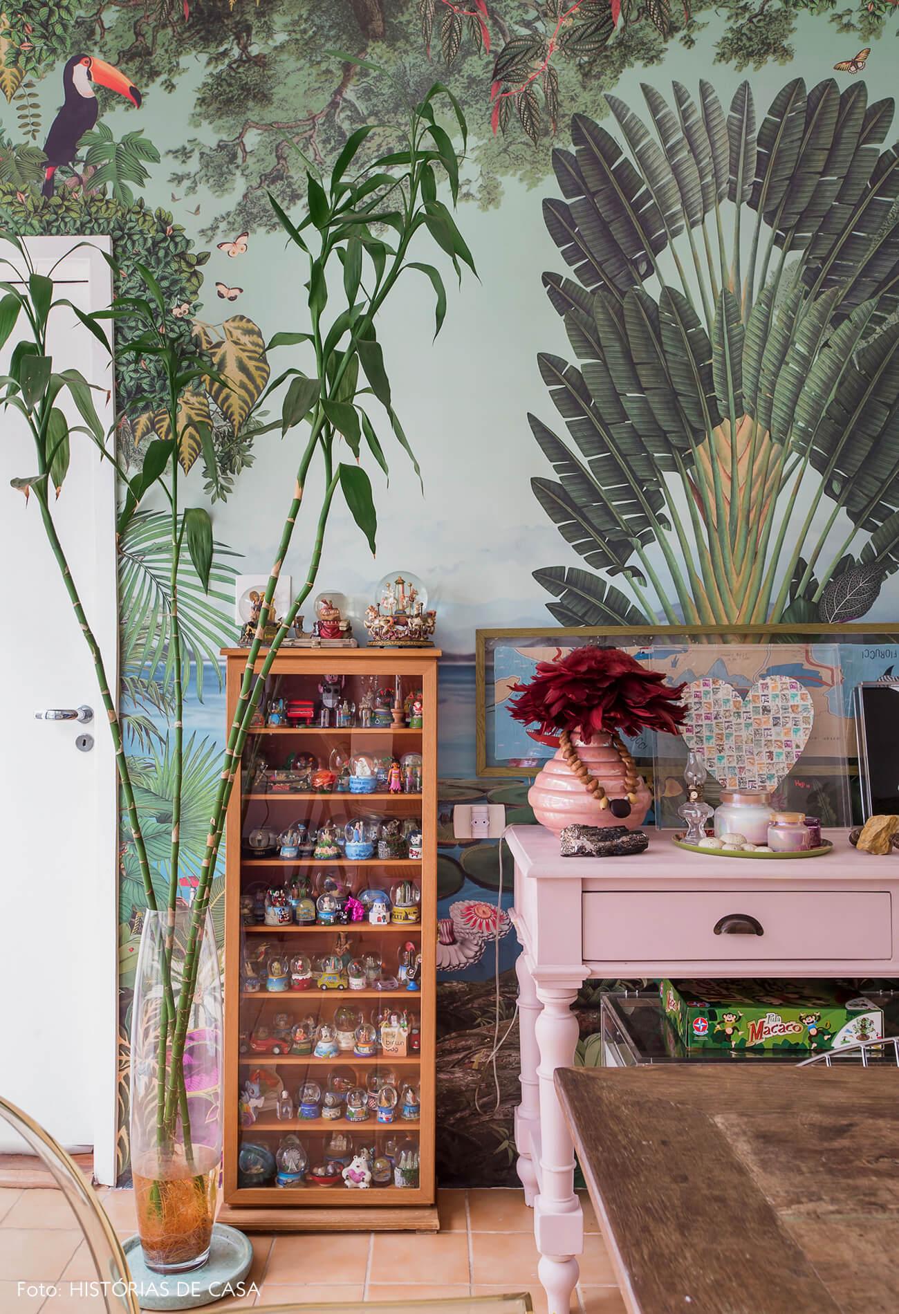 Casa com decoração eclética, papel de parede floresta da marca branco.