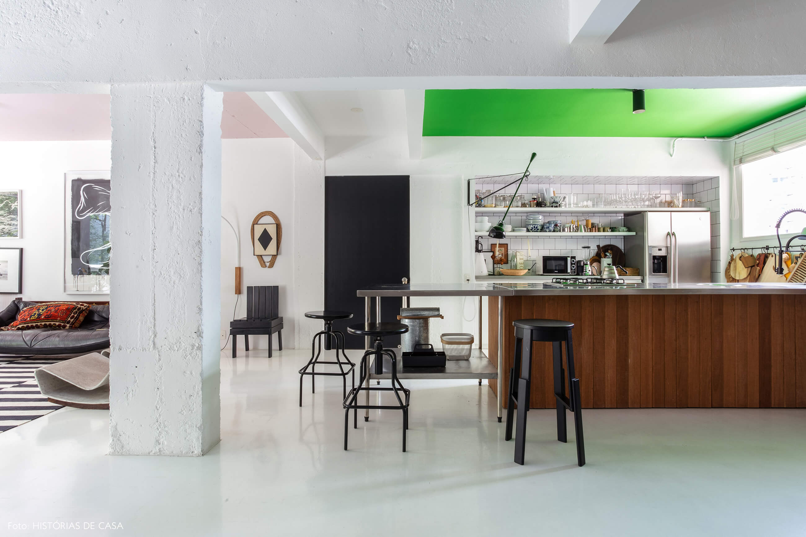 Apartamento do Maurício Arruda, cozinha com piso branco e teto pintado de verde