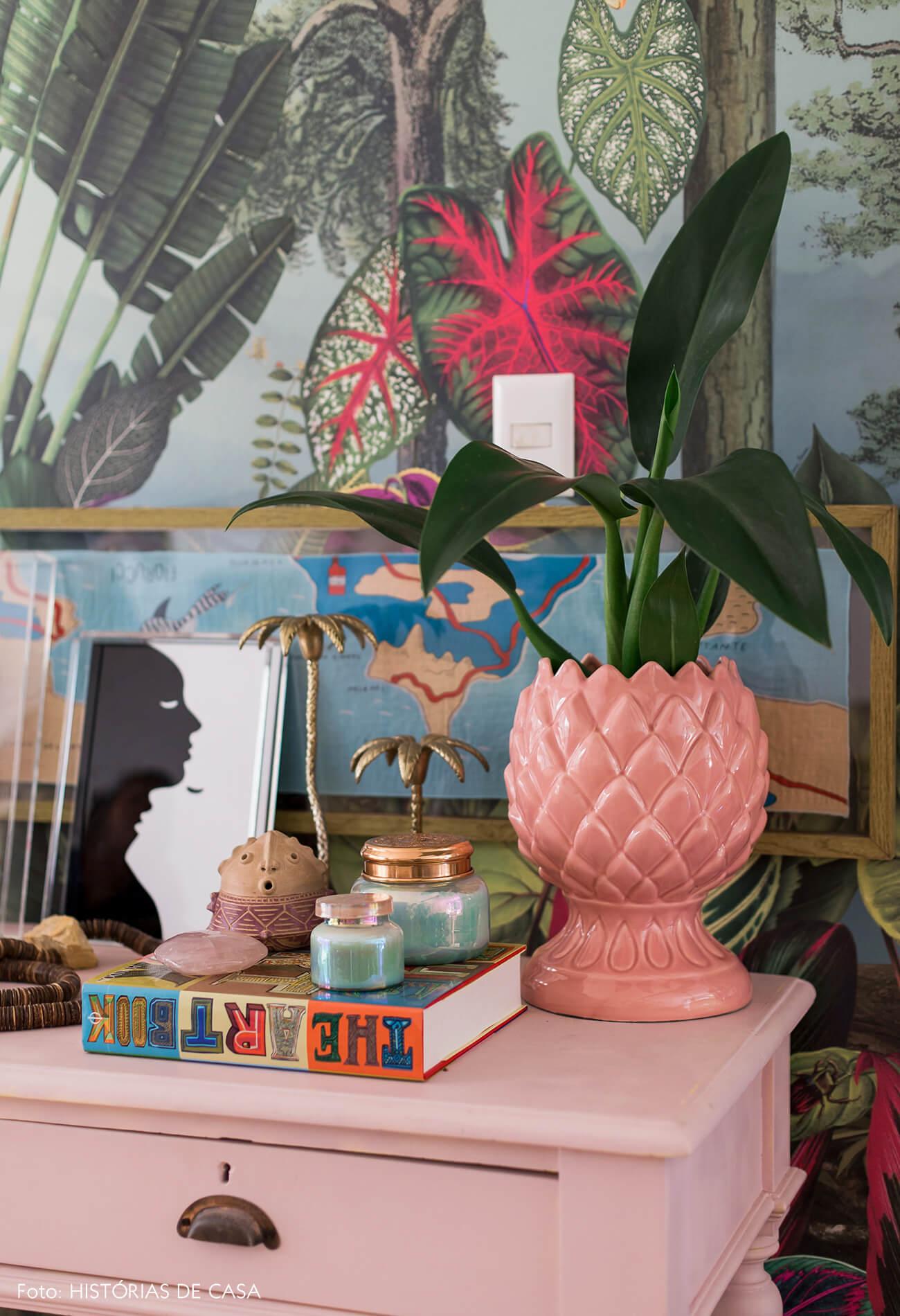 Casa com decoração eclética, móvel pintado de rosa e vaso de louça vintage