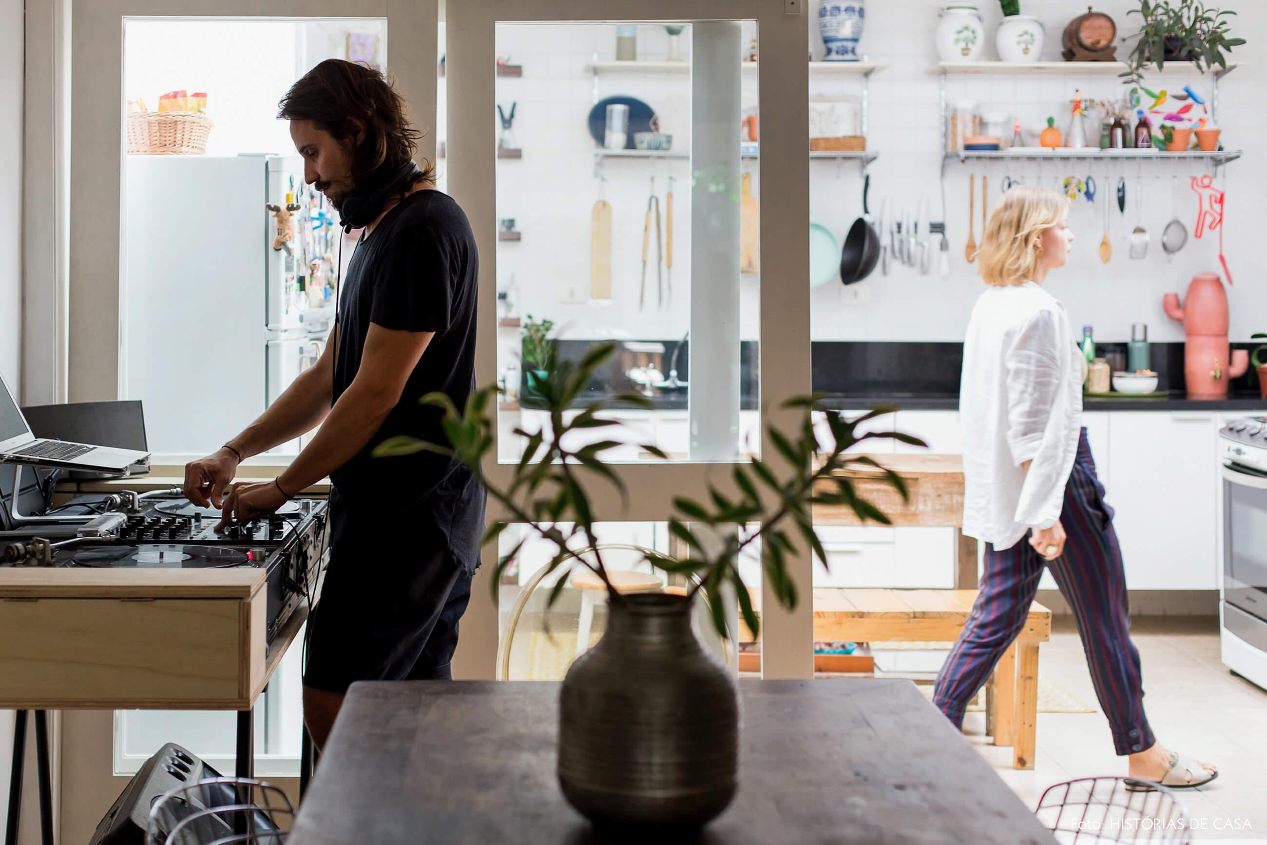 Casa com decoração eclética, sala de jantar com mesa de som para festas