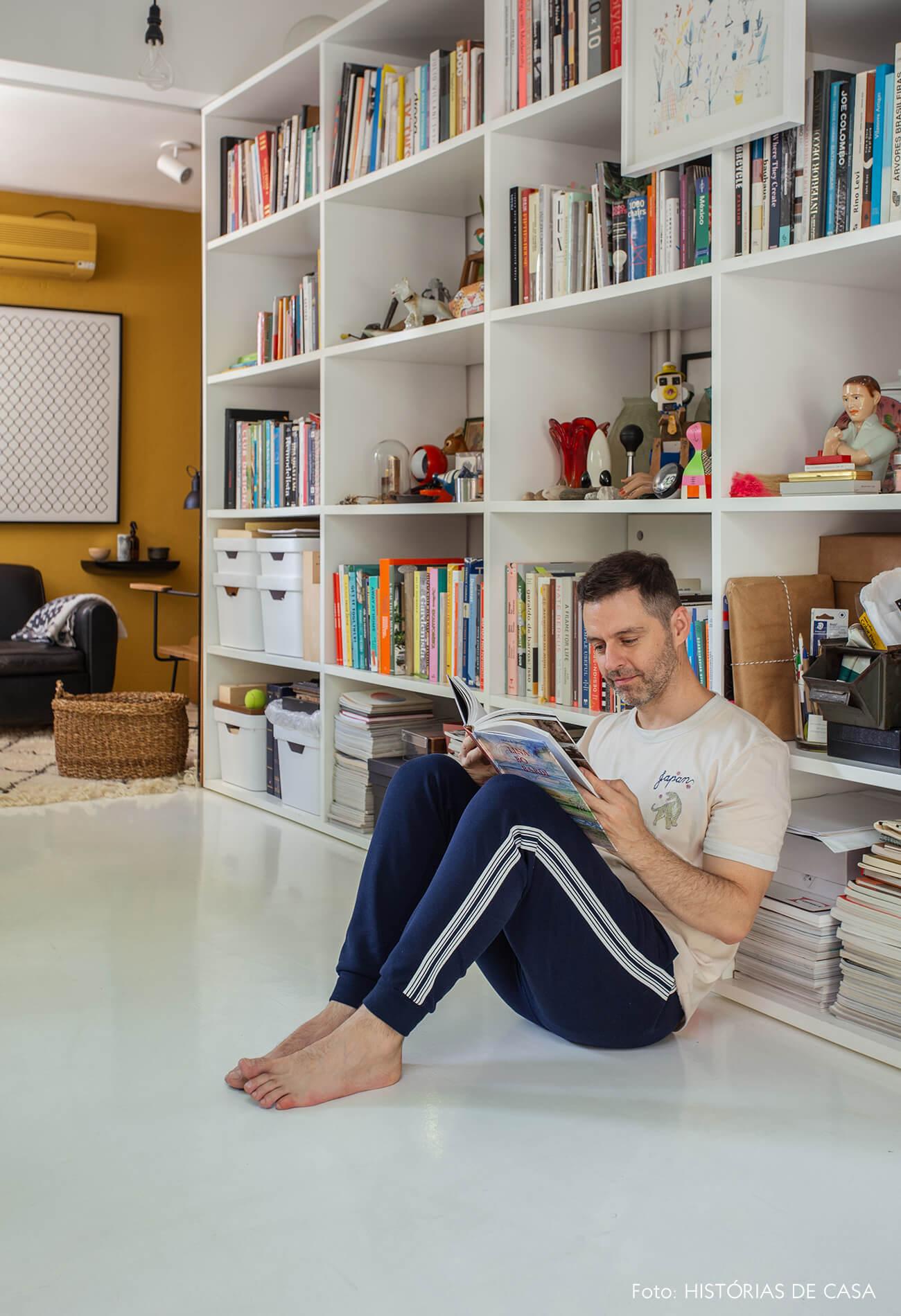 Apartamento do Maurício Arruda, cozinha com piso branco e estante com muitos objetos
