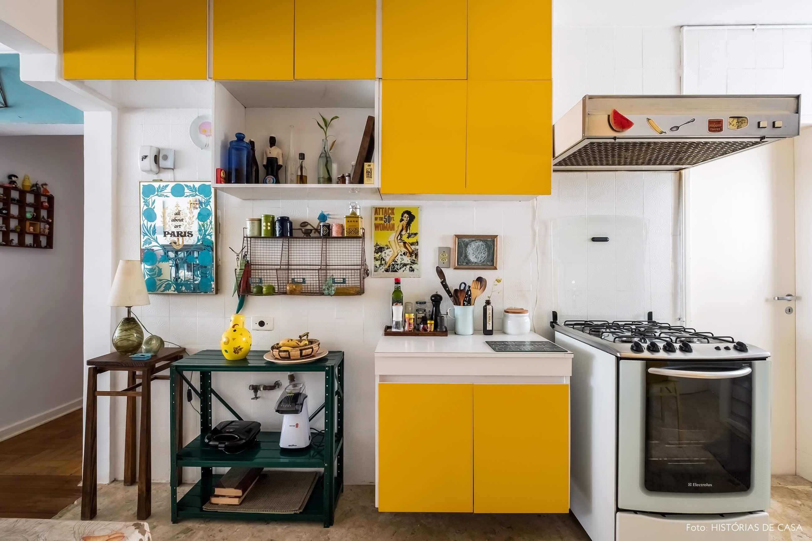 Cozinha antiga com armários amarelos e decoração vintage