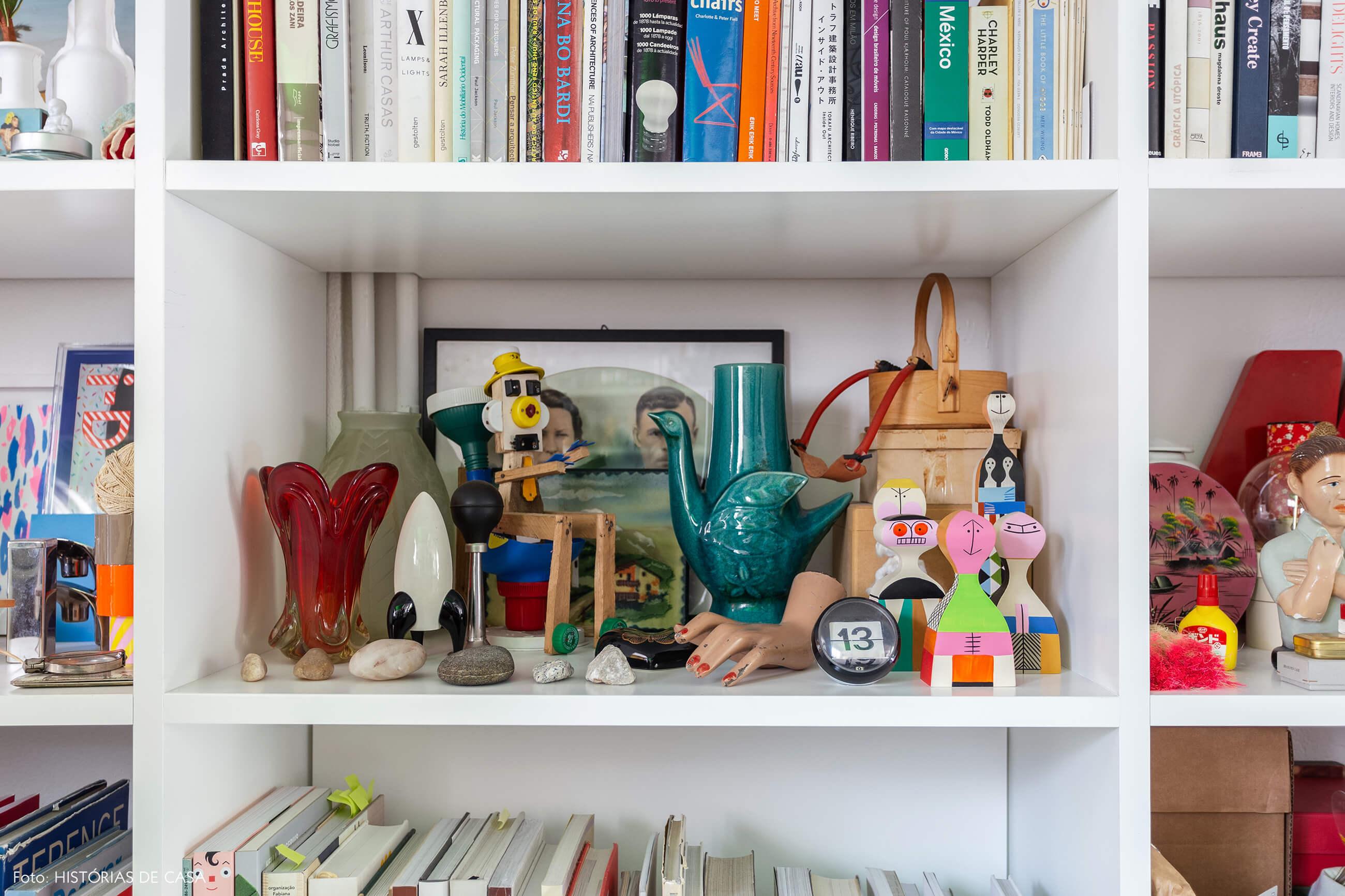 Apartamento do Maurício Arruda, estante com muitos objetos e histórias