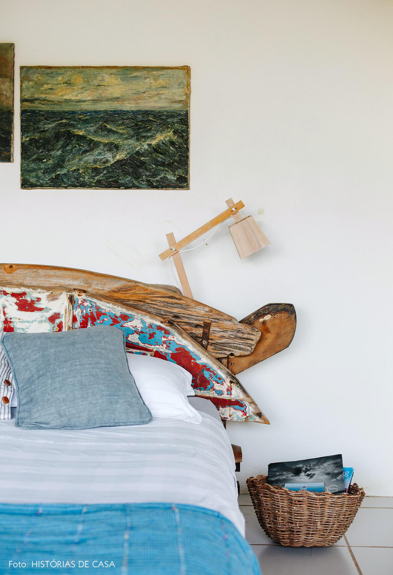 Casa de vidro em Ubatuba, quarto com cama rústica de madeira