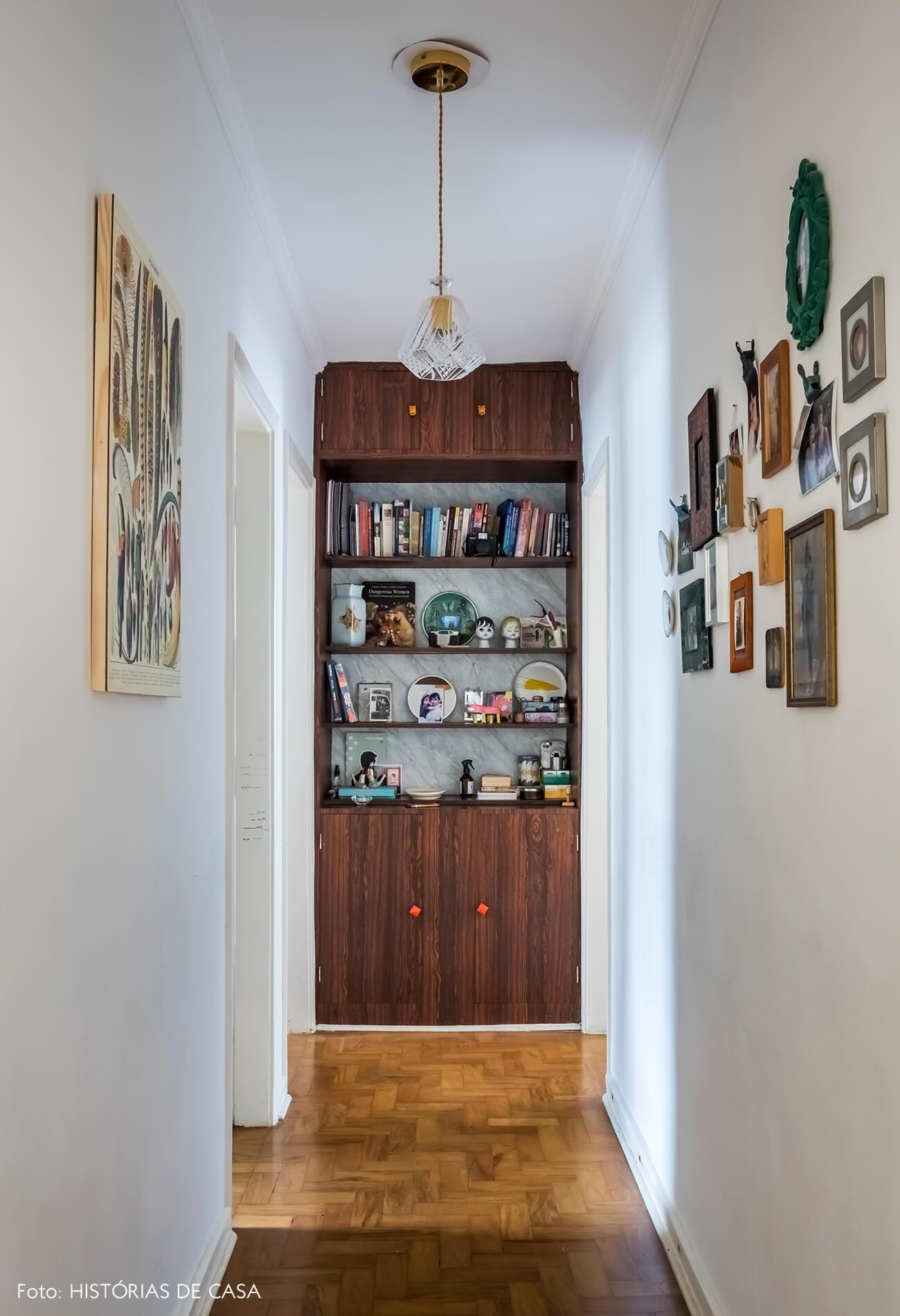 Apartamento antigo com corredor e armário vintage embutido