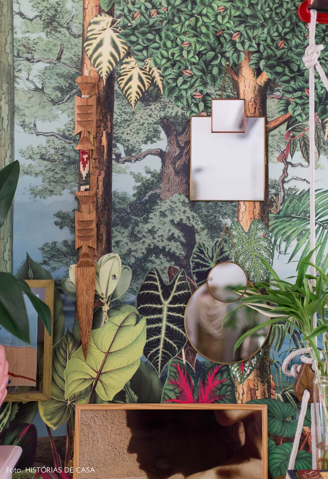 Casa com decoração eclética, papel de parede floresta da marca branco. e espelhos