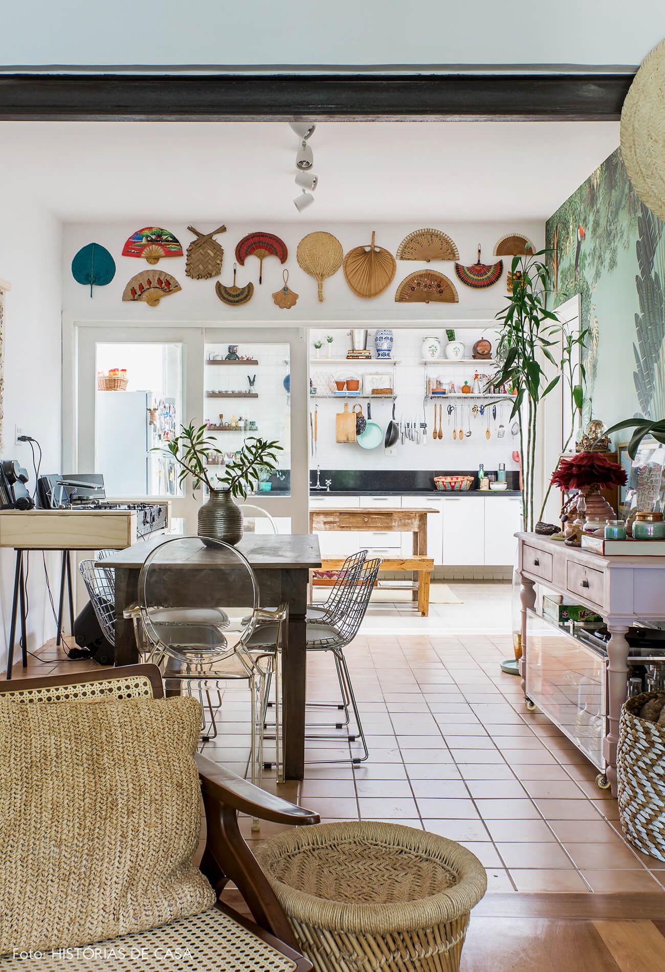 Casa com cozinha integrada à sala por portas de correr de vidro