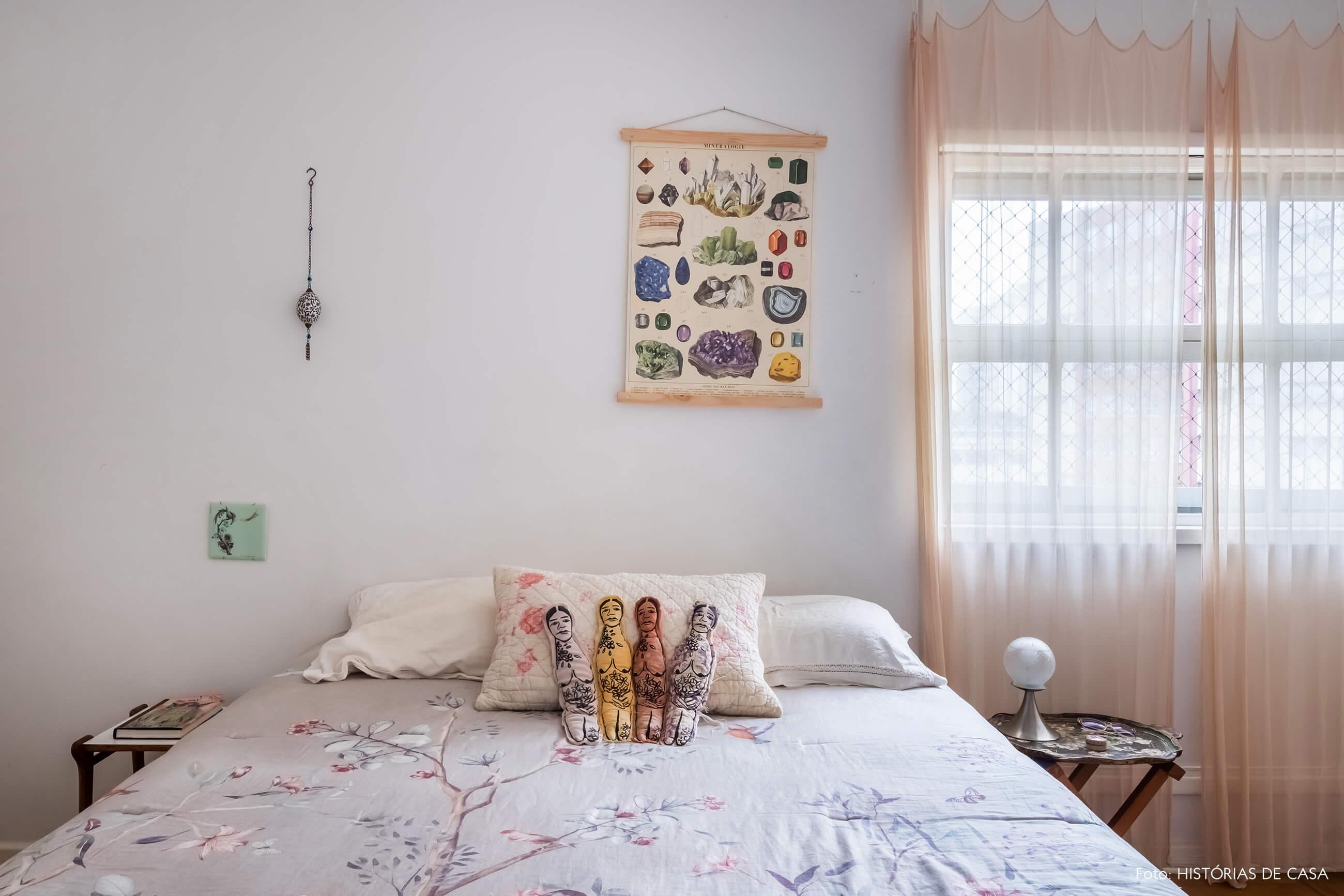 Quarto com decoração em tons neutros e cortina delicada