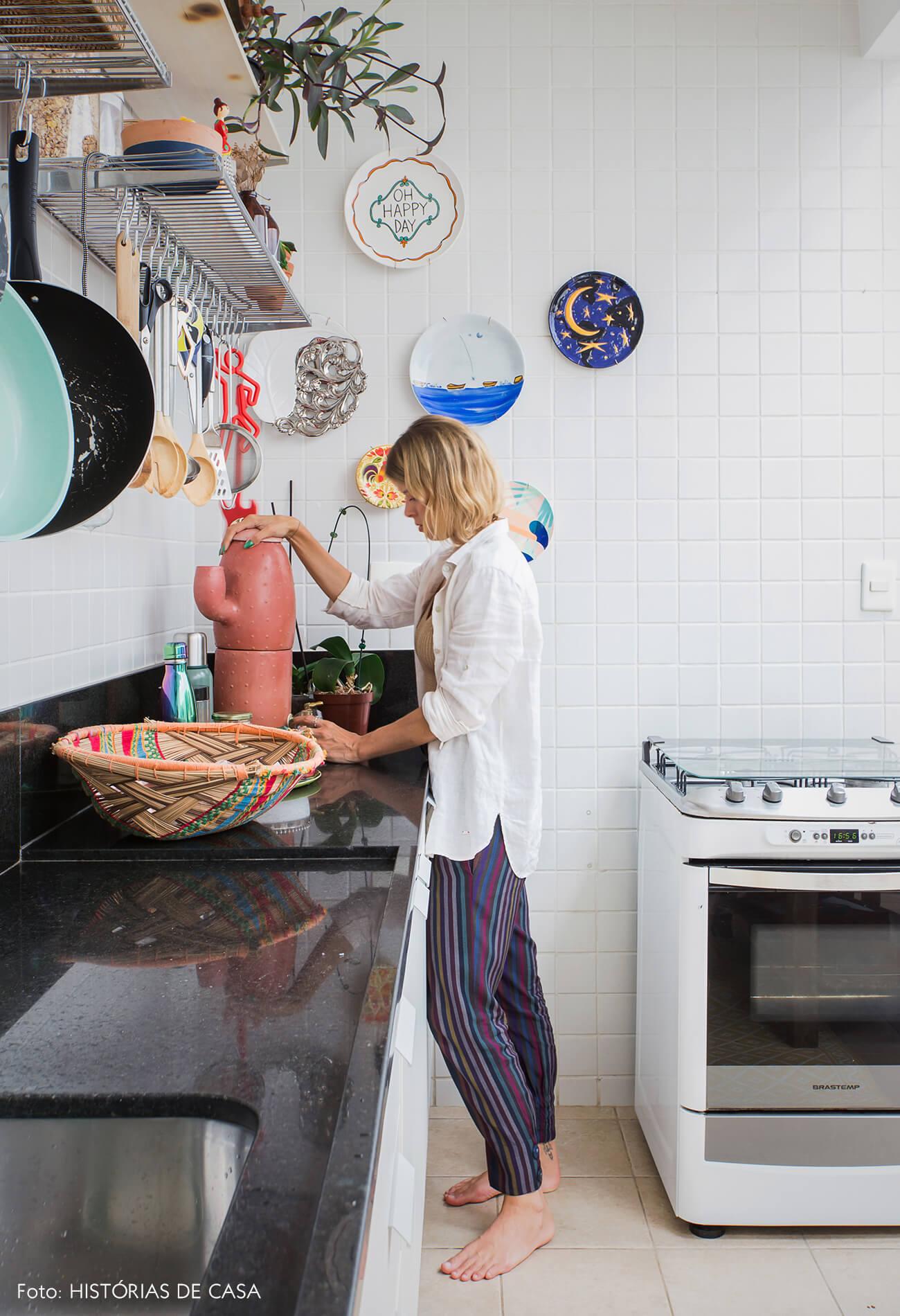 Cozinha com azulejos simples e parede de pratos