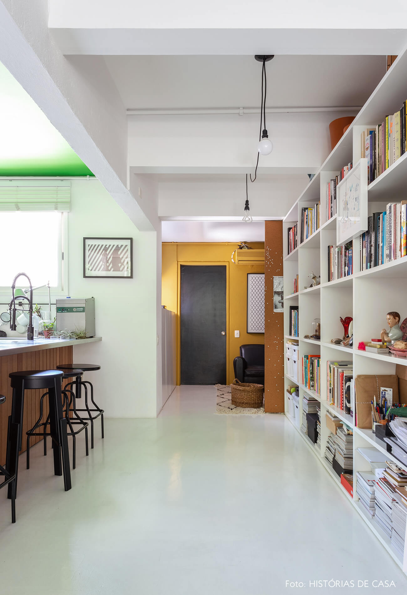 A casa do Maurício Arruda, sala com paredes coloridas