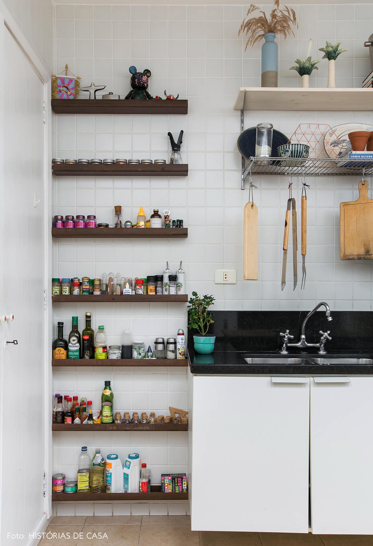 Cozinha com azulejos simples e prateleira estreita para temperos
