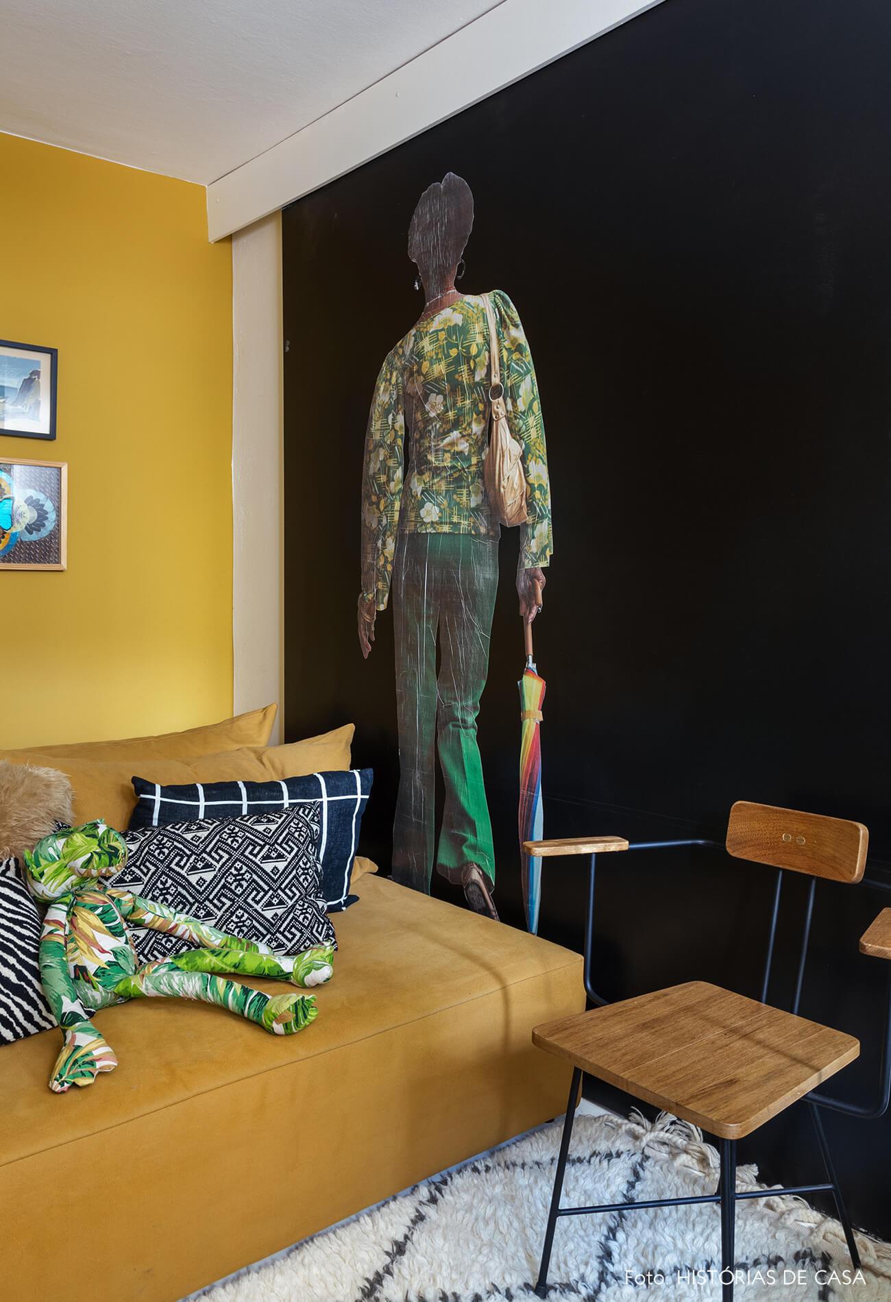 A casa do Maurício Arruda, sala com paredes coloridas, tom mostarda