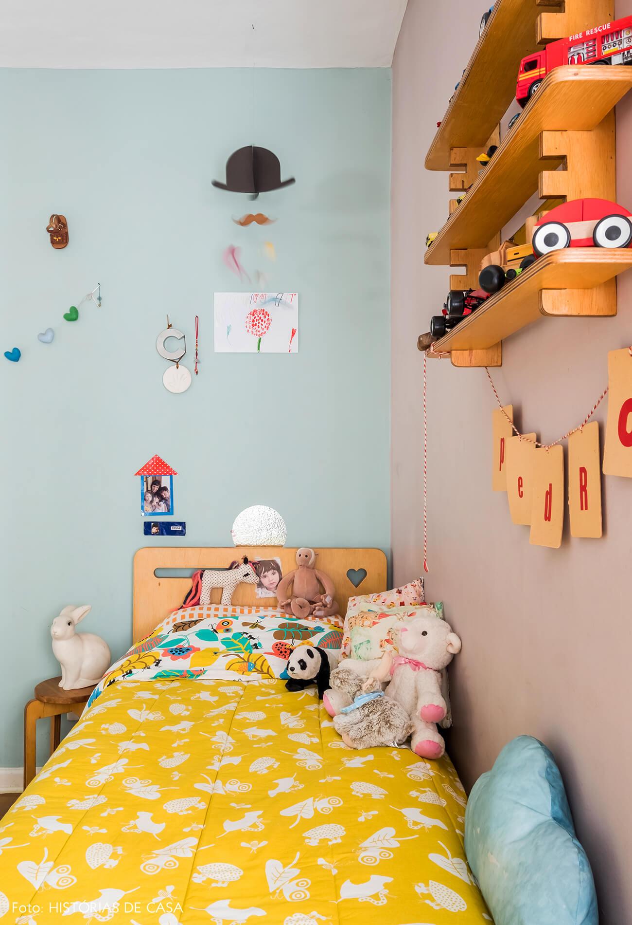 Quarto de criança com paredes coloridas e acessórios divertidos