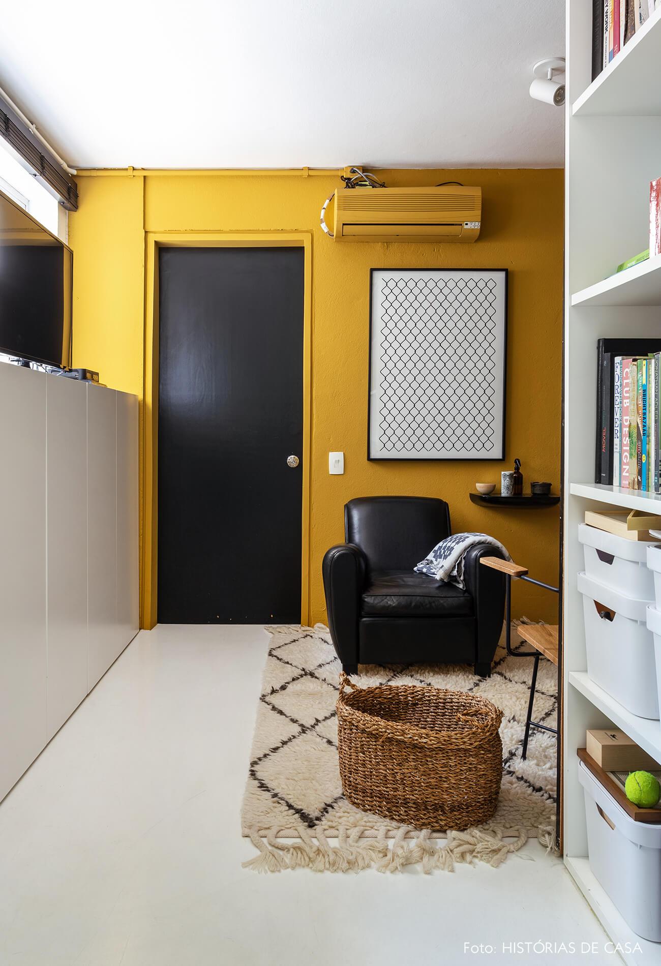 A sala do Maurício Arruda, com parede e ar-condicionado pintados de mostarda