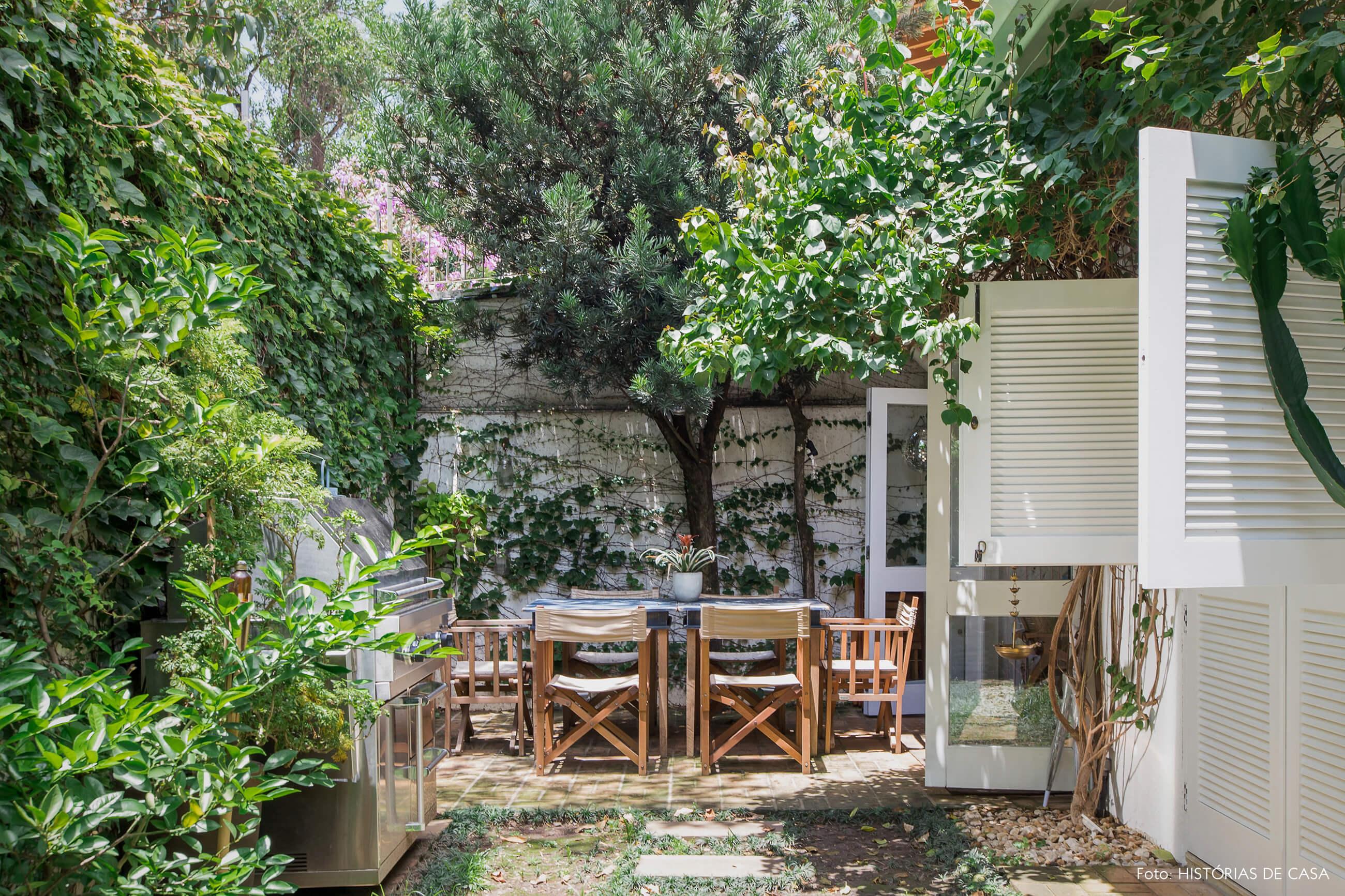 Casa com jardim e árvores no quintal