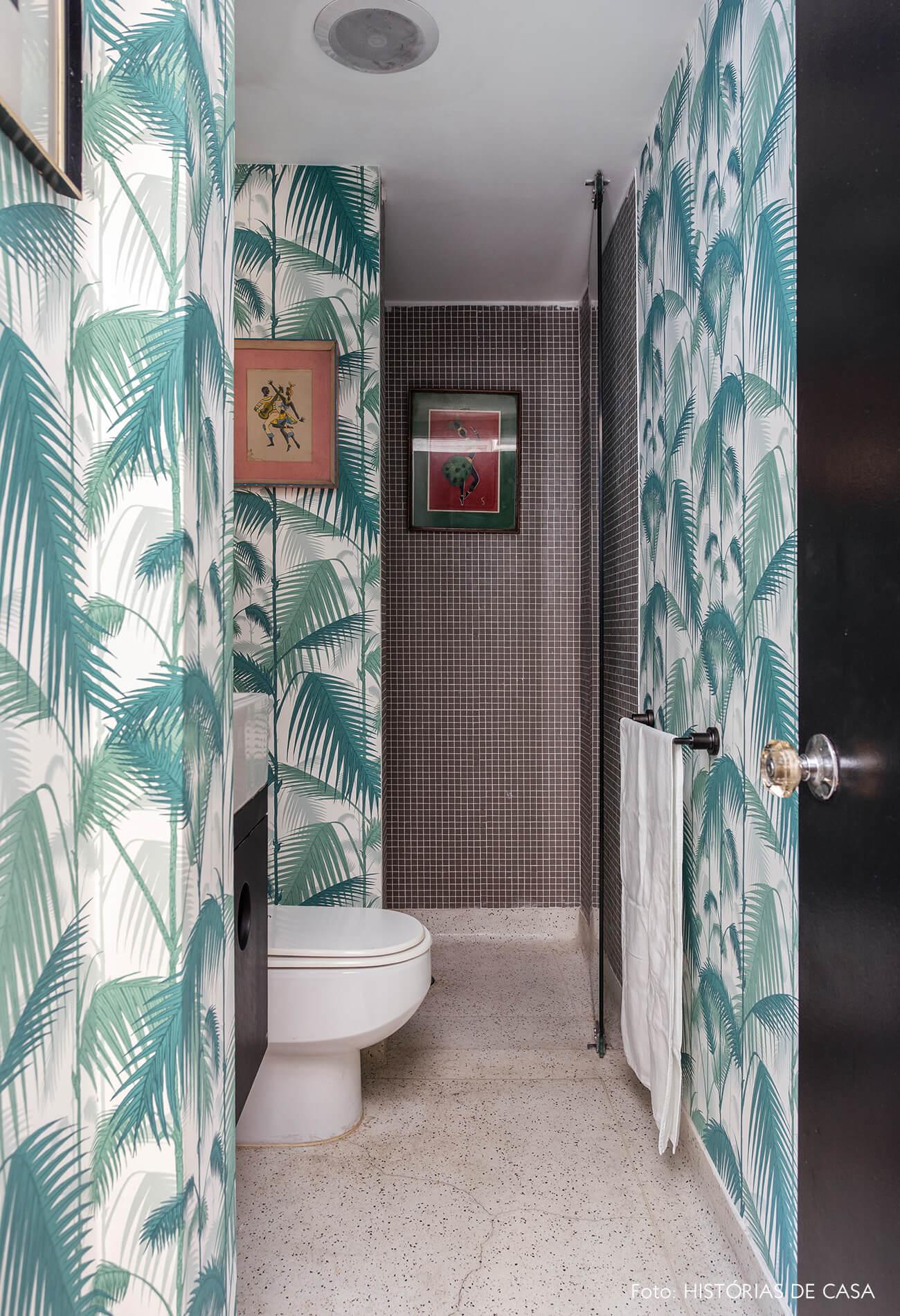 A casa do Maurício Arruda, lavabo com papel de parede de folhagens