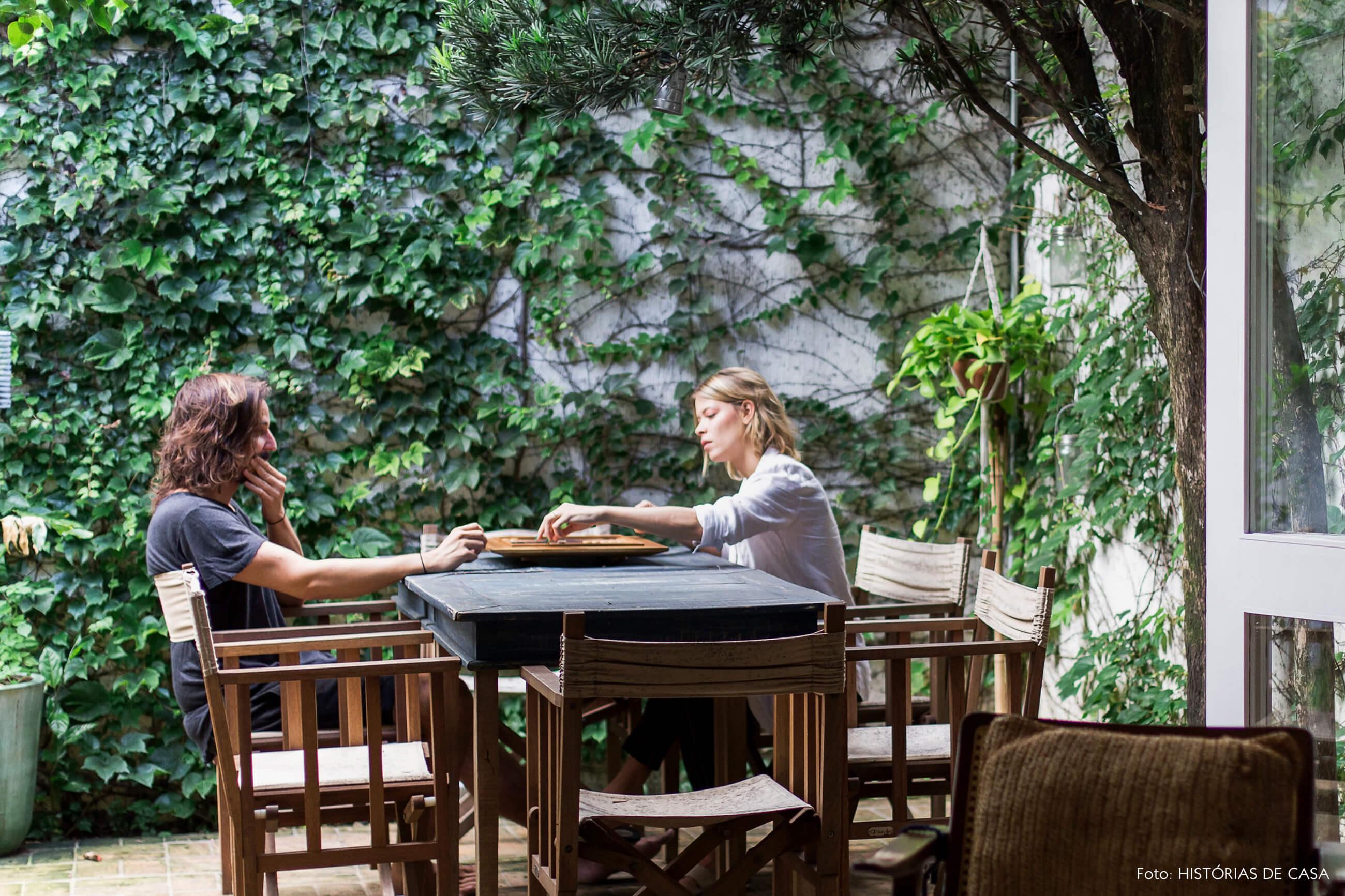 Casa com jardim e mesa de madeira ao ar livre