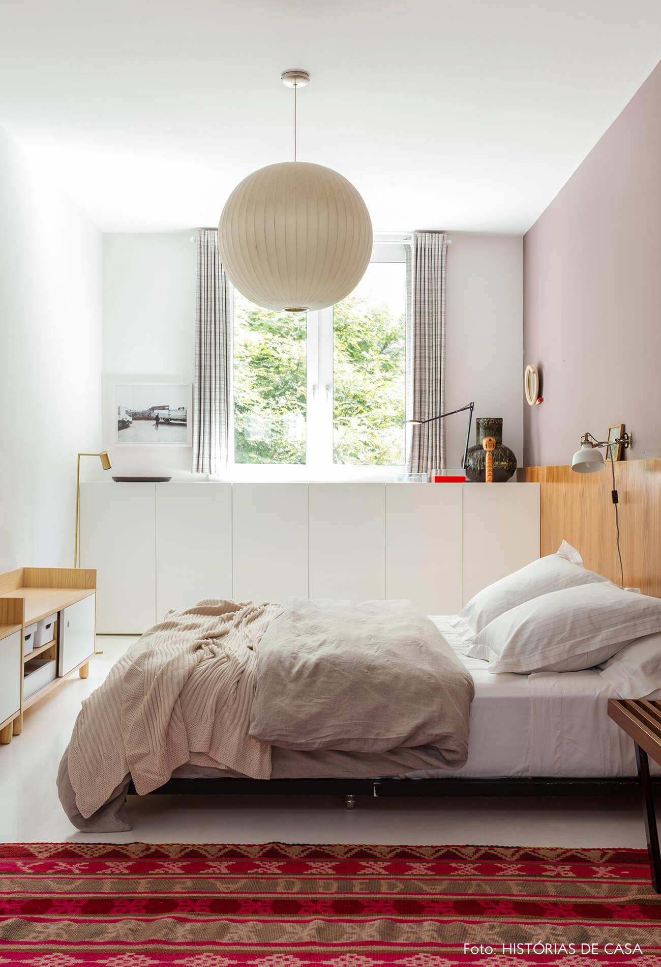 A casa do Maurício Arruda, quarto com luminária redonda branca