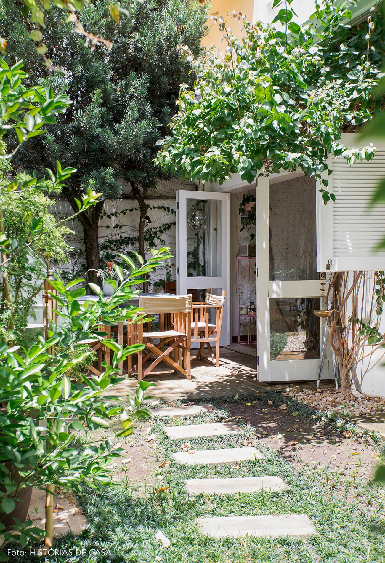 Casa com jardim e portas venezianas brancas