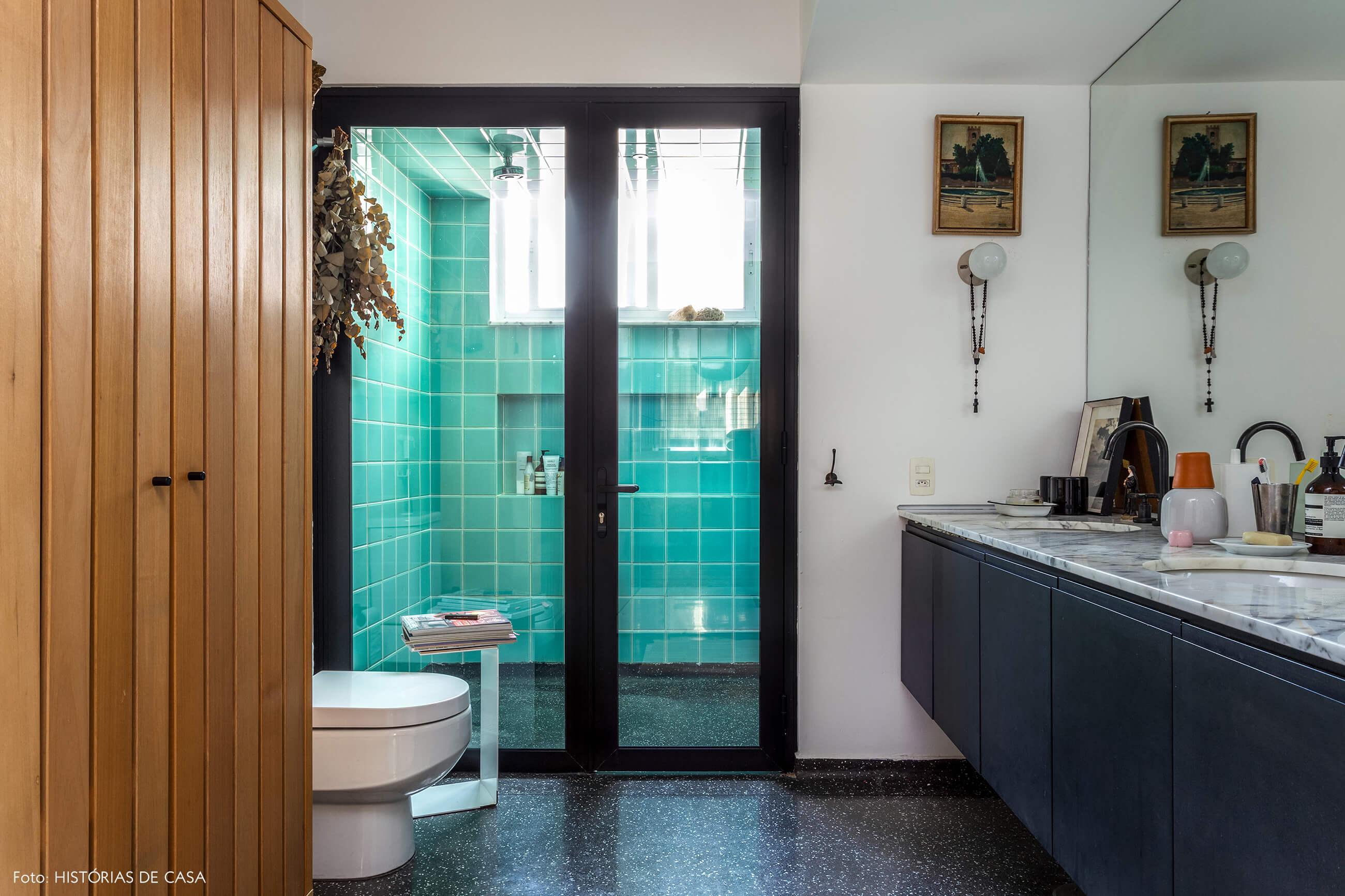 A casa do Maurício Arruda, banheiro escuro com piso de granilite