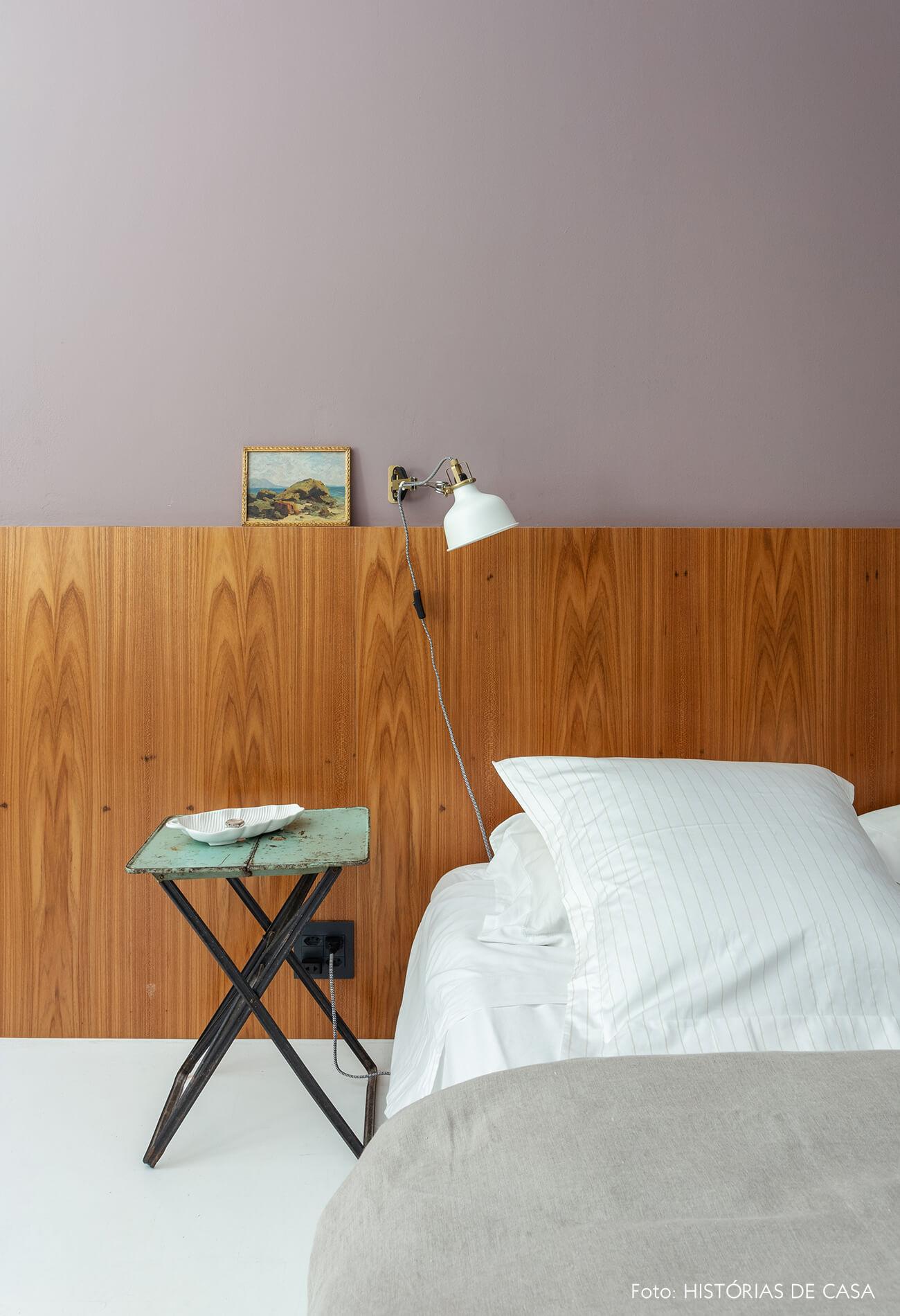 O quarto do Maurício Arruda, com cabeceira de madeira e parede pintada