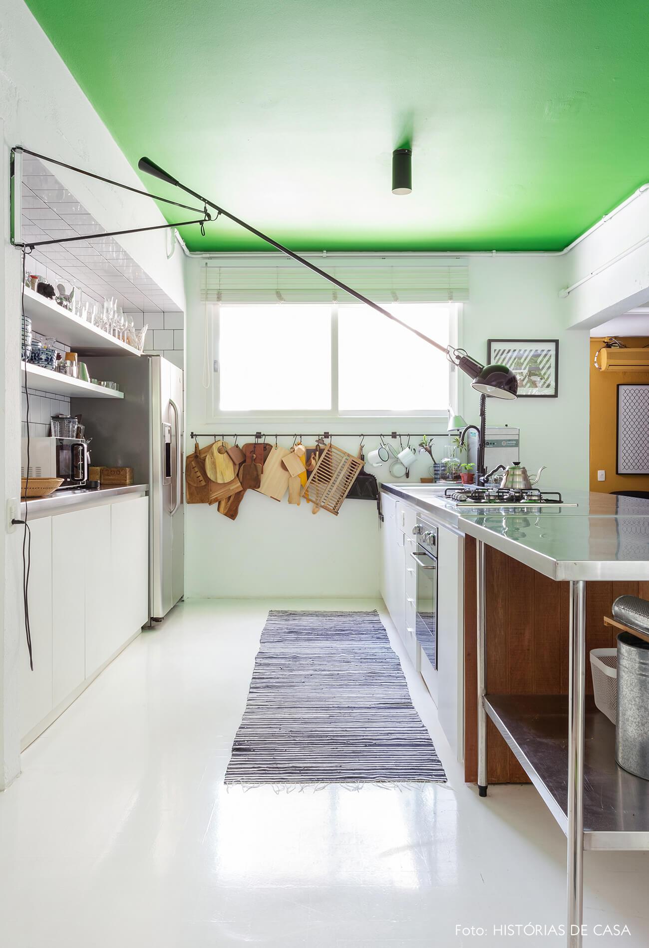 A cozinha do Maurício Arruda, com teto verde e piso pintado de branco