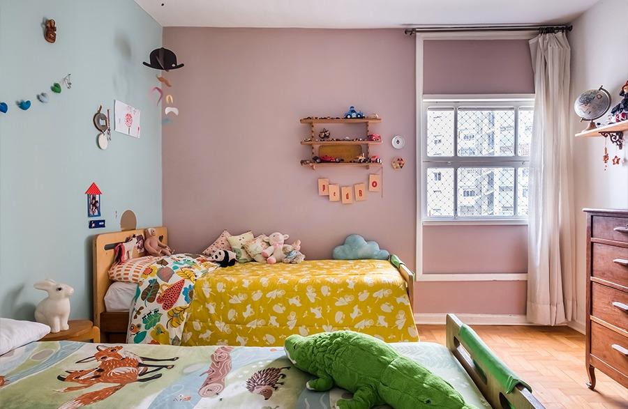 Quarto de criança com paredes coloridas