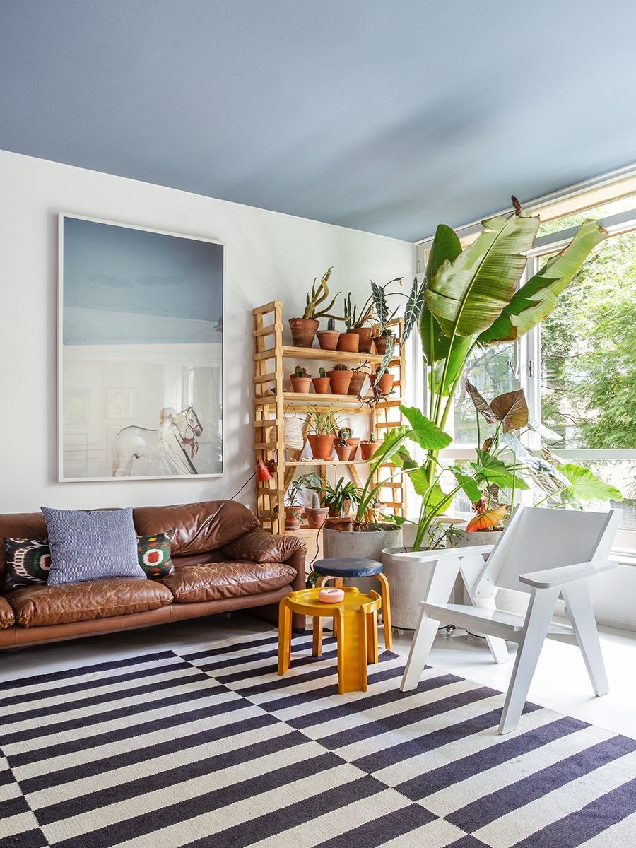 Casa do arquiteto Maurício Arruda, apartamento colorido com plantas