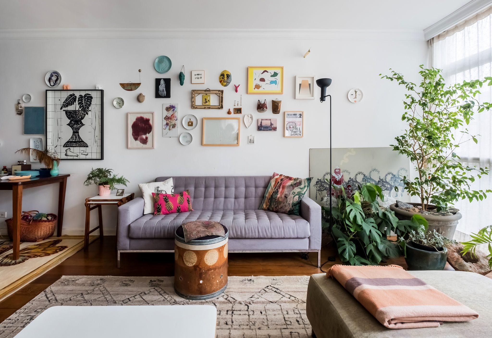 Sala com sofá cinza e plantas