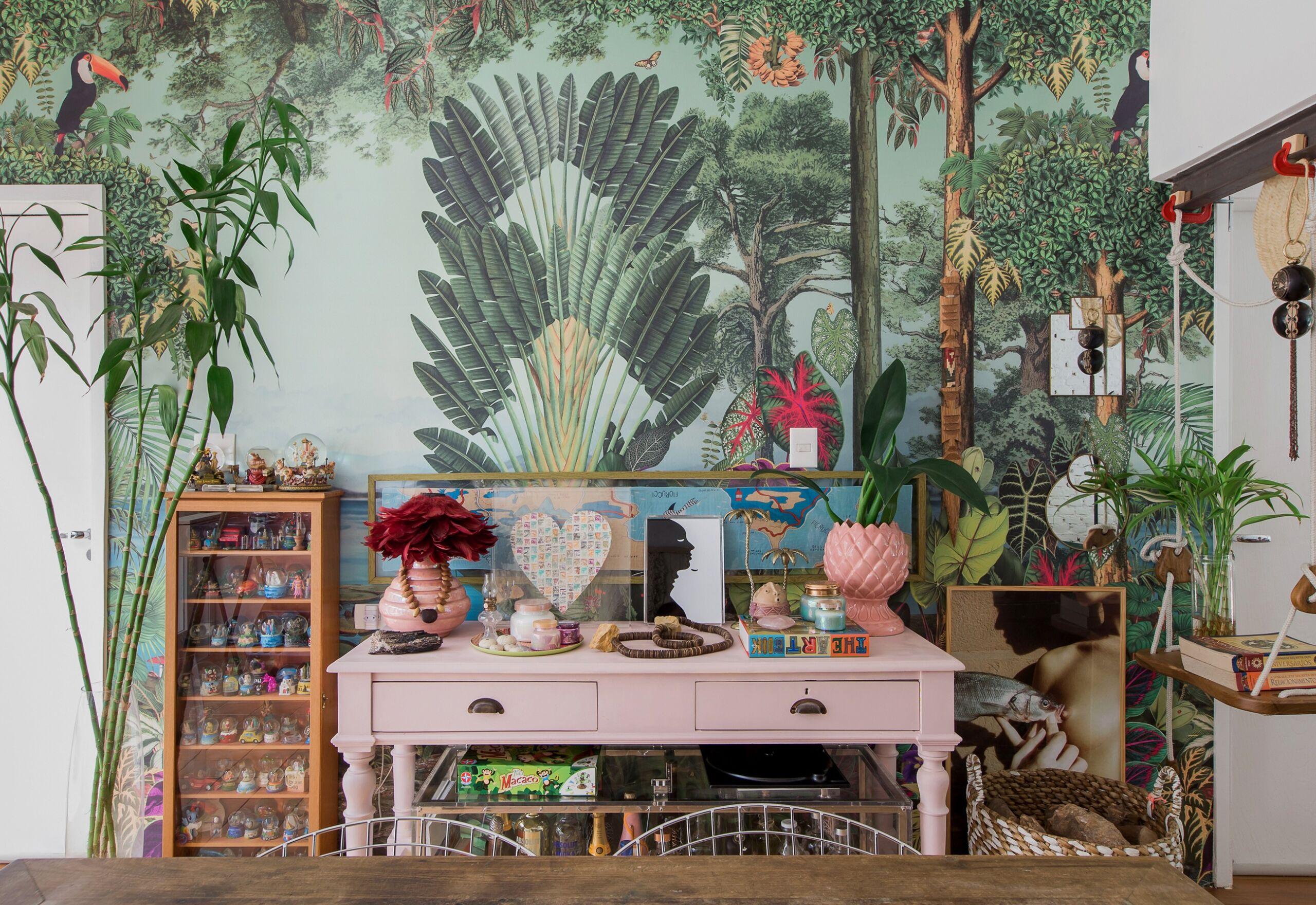 Apartamento com decoração eclética e texturas naturais