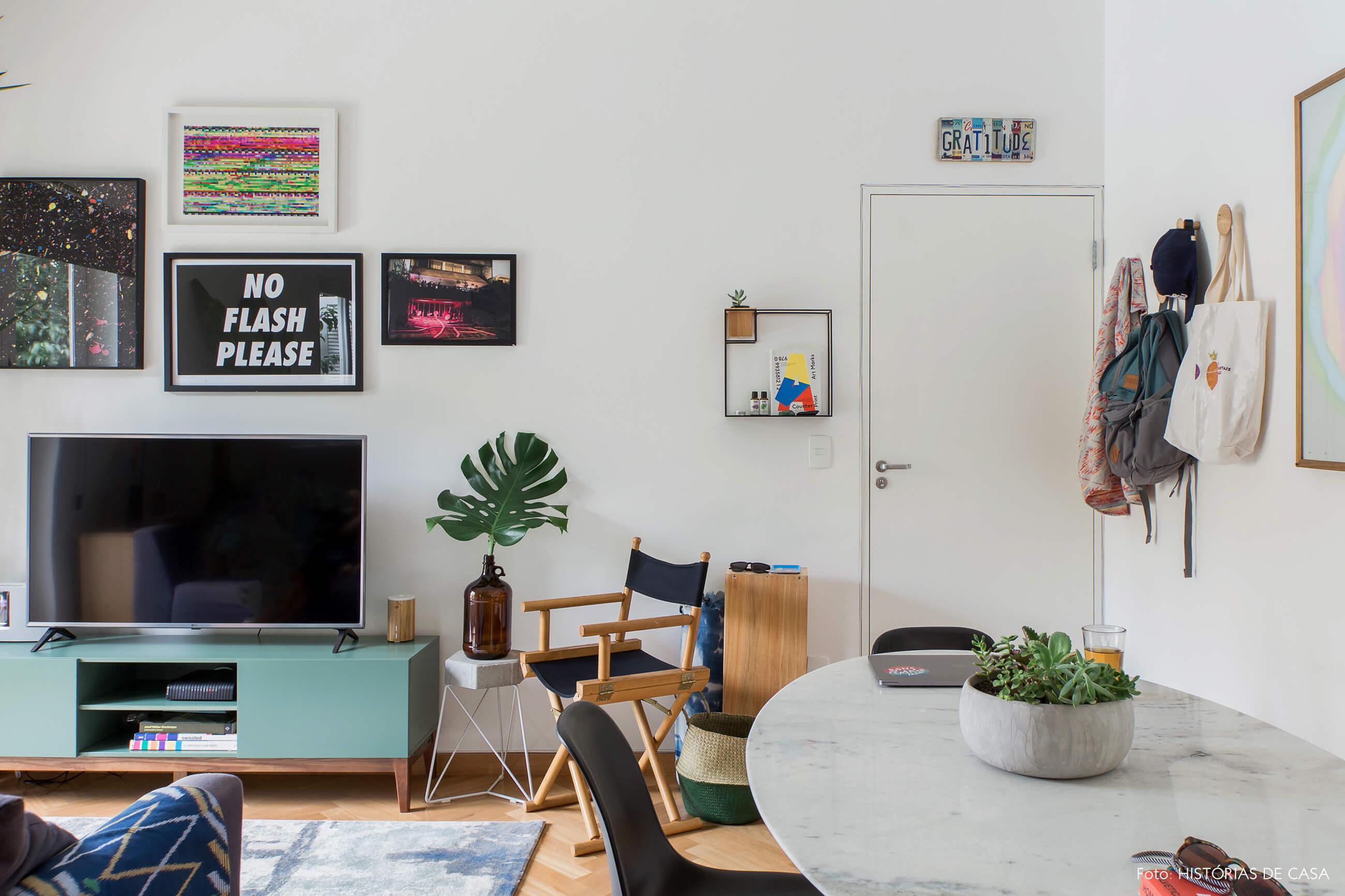 Apartamento alugado com decoração inspiradora, parede de quadros atrás da televisão