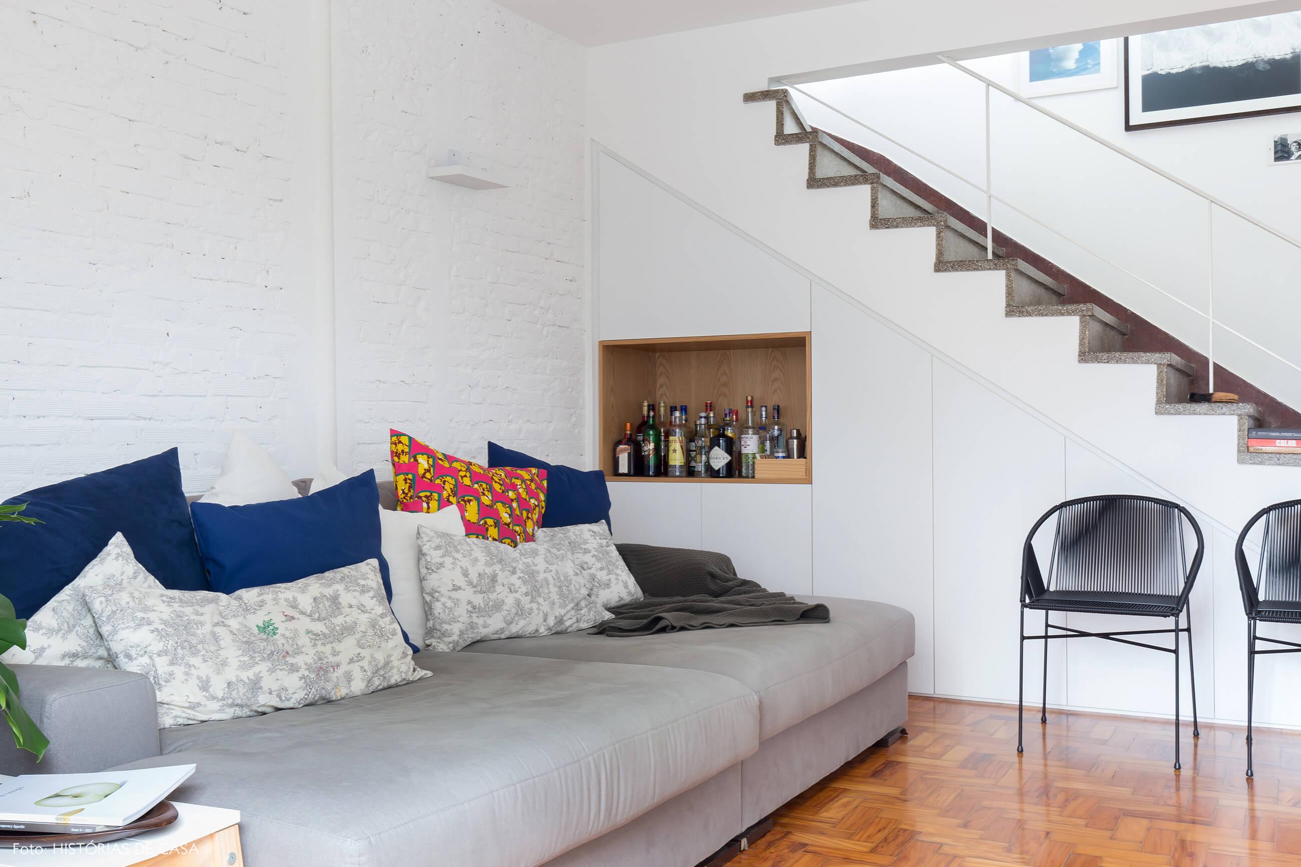 Apartamento com dois andares e marcenaria embutida sob a escada