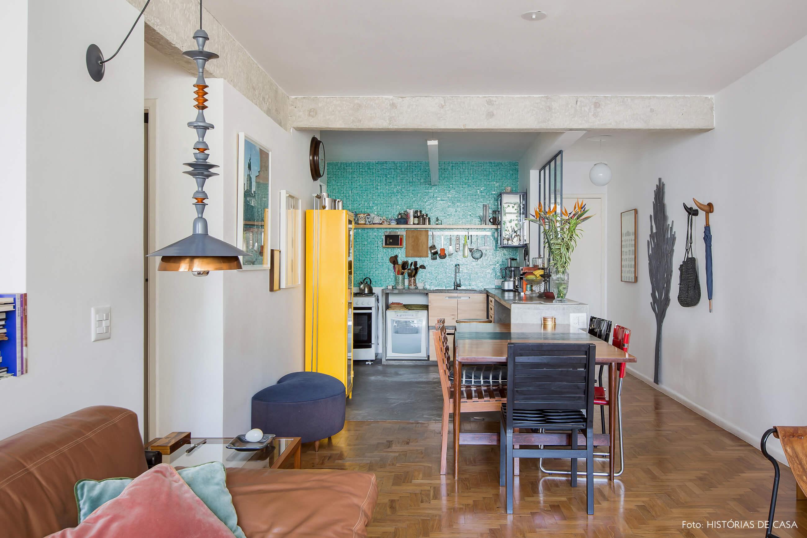 Apartamento reformado com cozinha integrada e decoração colorida