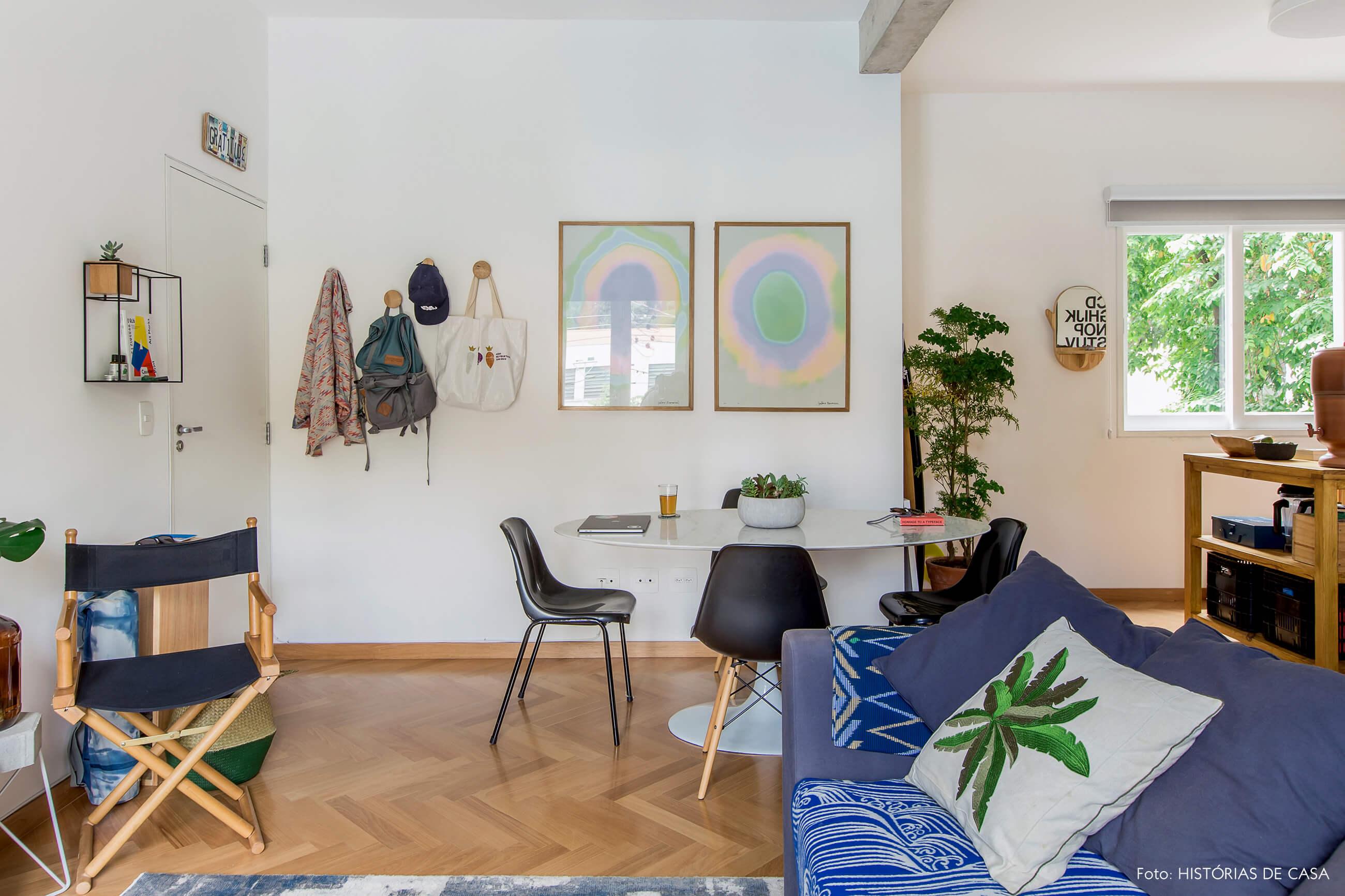 Apartamento alugado com decoração inspiradora, sala de jantar com mesa Saarinen