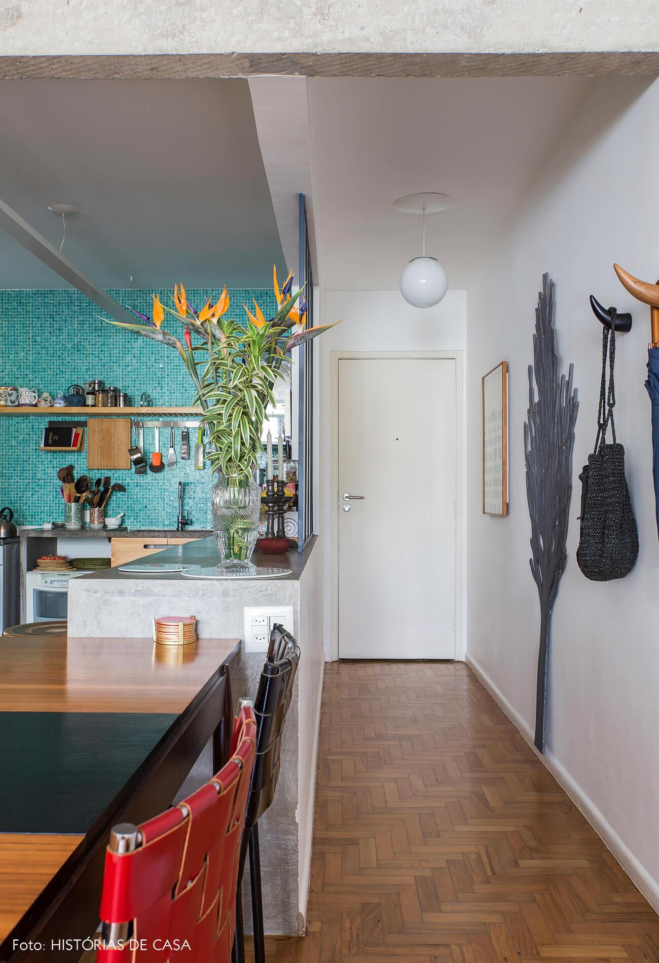 Apartamento reformado com corredor de entrada aberto