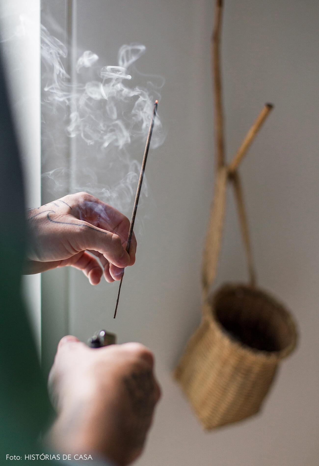 Felipe com incensos e aromas pela casa