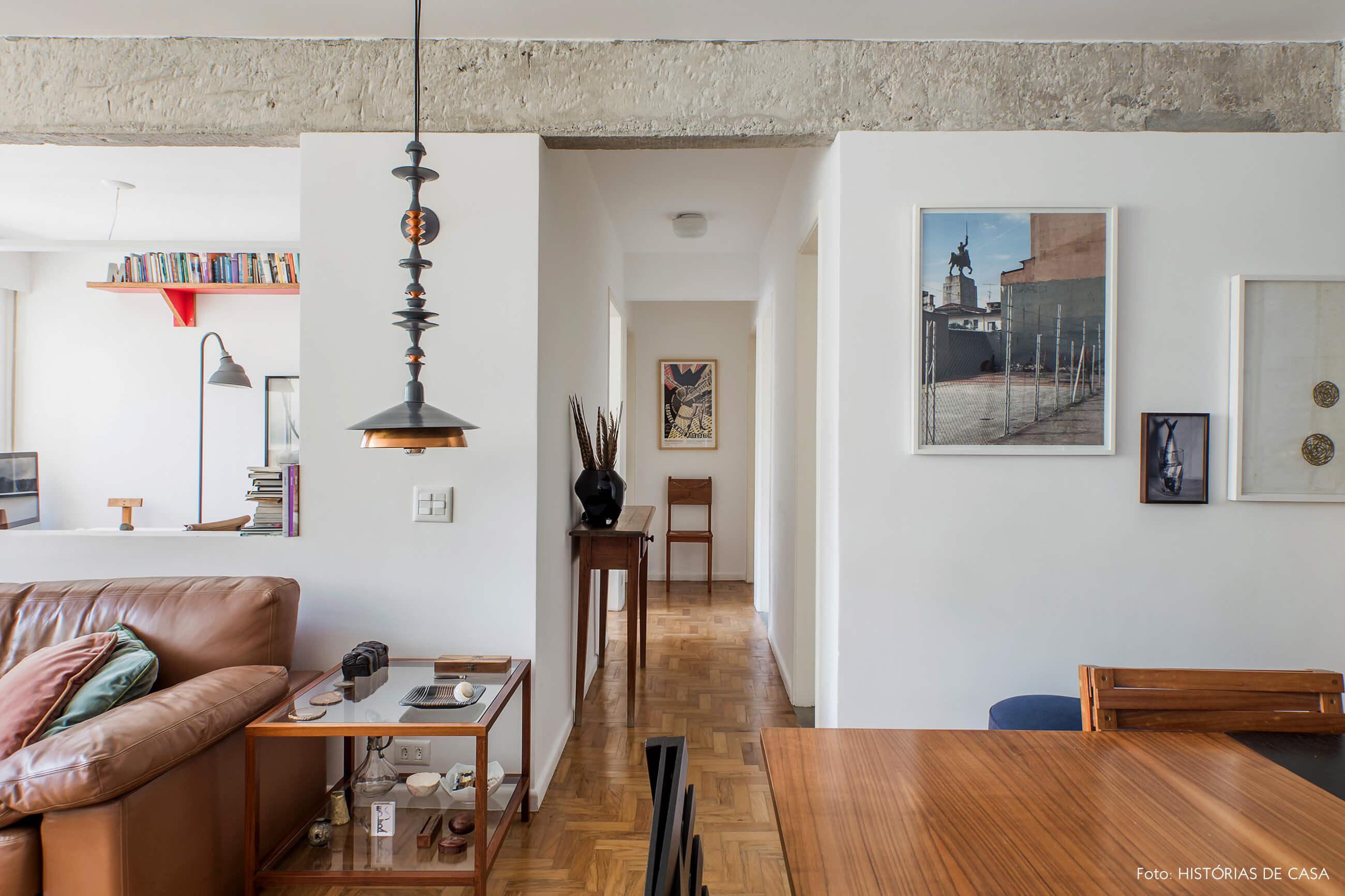 Apartamento reformado com cozinha integrada e vigas de concreto
