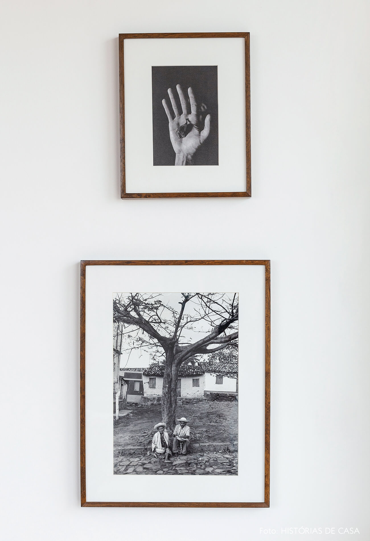 Quadros em preto e branco com moldura de madeira