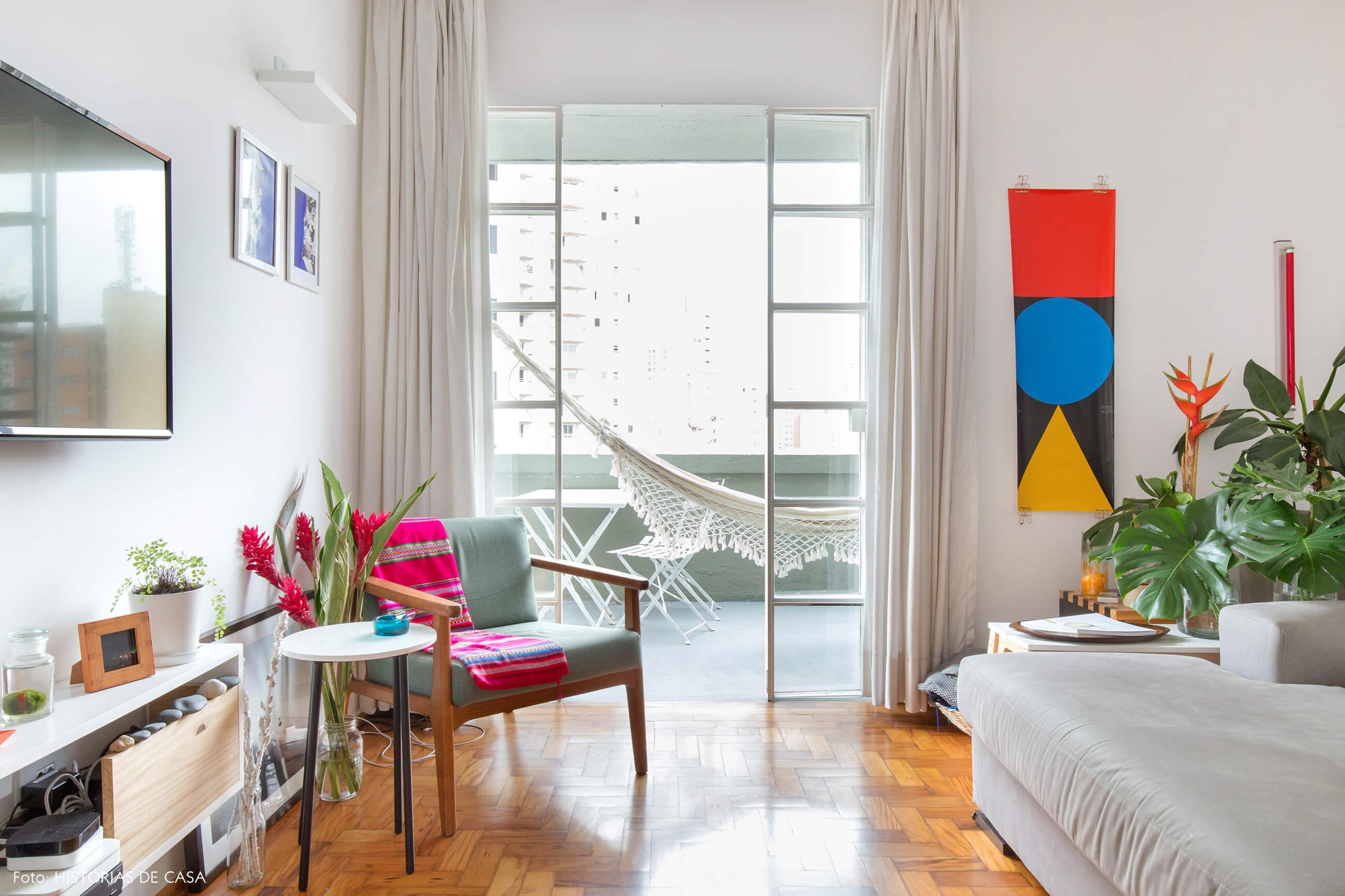 Apartamento reformado com varanda e portas de serralheria