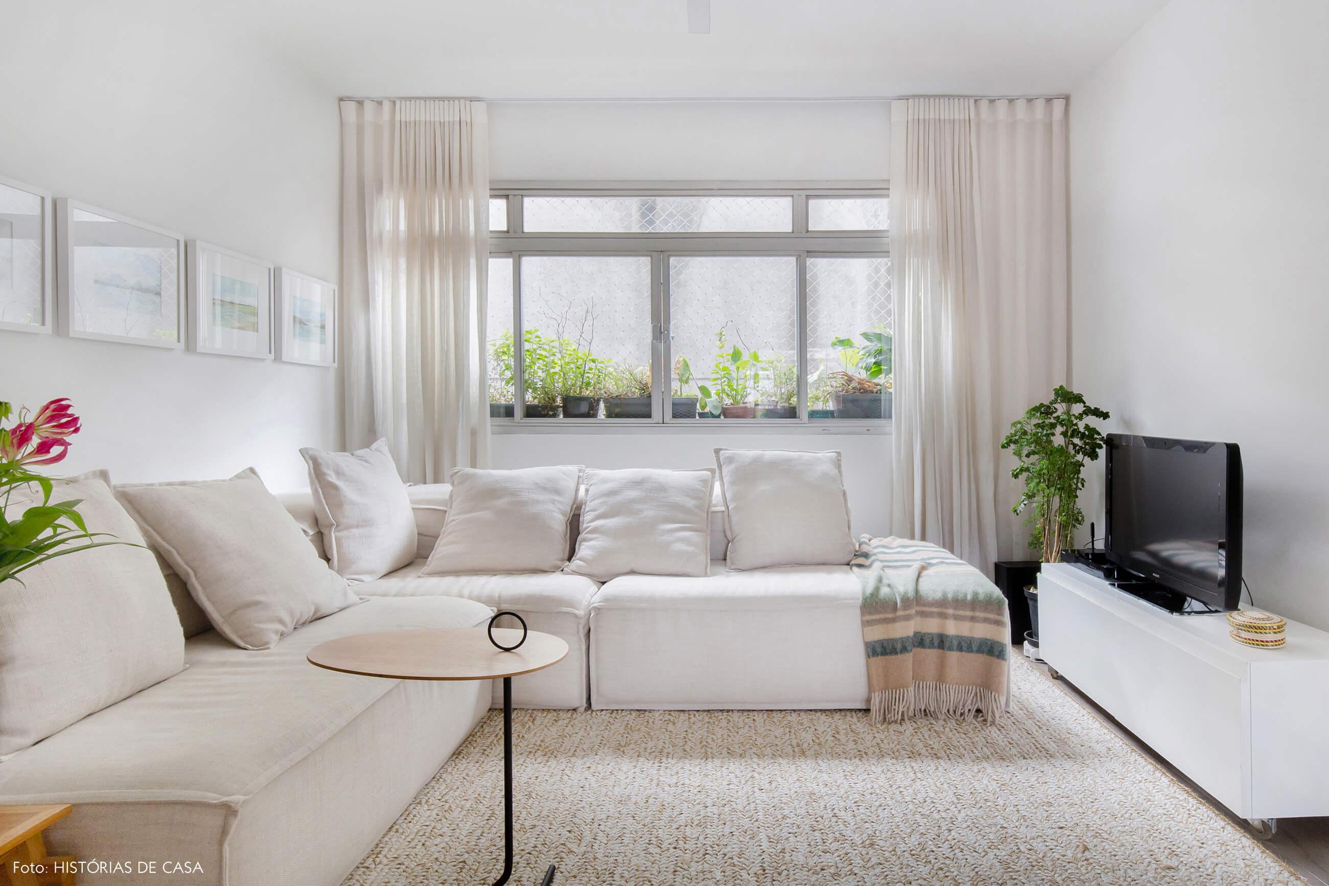 Apartamento em tons neutros, sala aconchegante com sofá em L