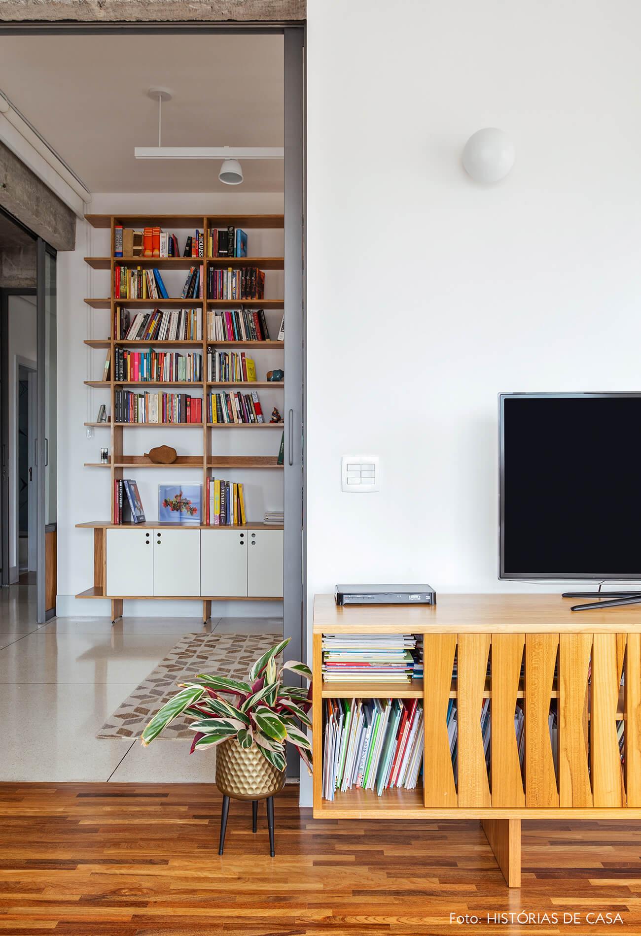 Sala integrada com móveis de madeira, rack retrô
