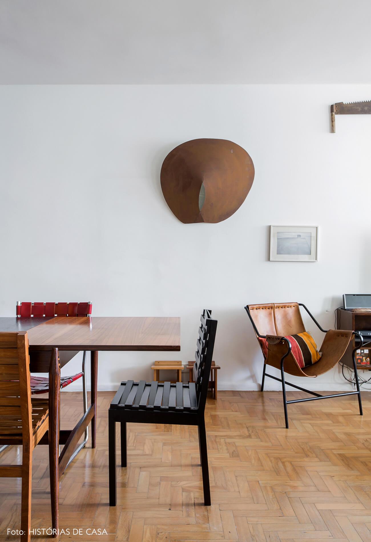 Sala de jantar com piso de tacos e cadeiras de design