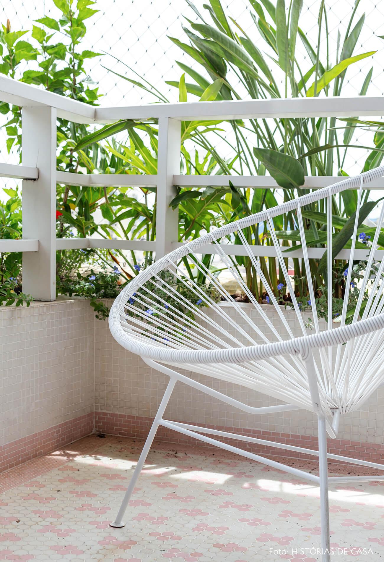 Poltrona Acapulco branca na varanda