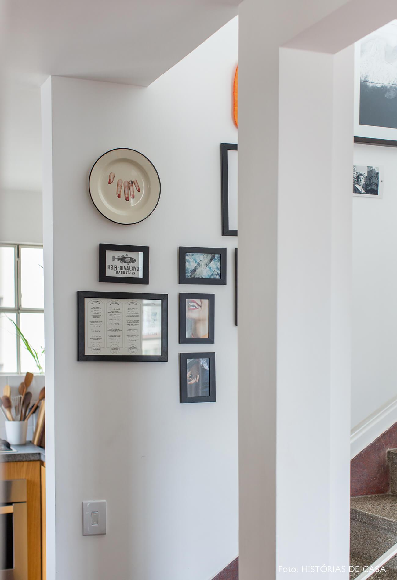 Parede de quadros na escada