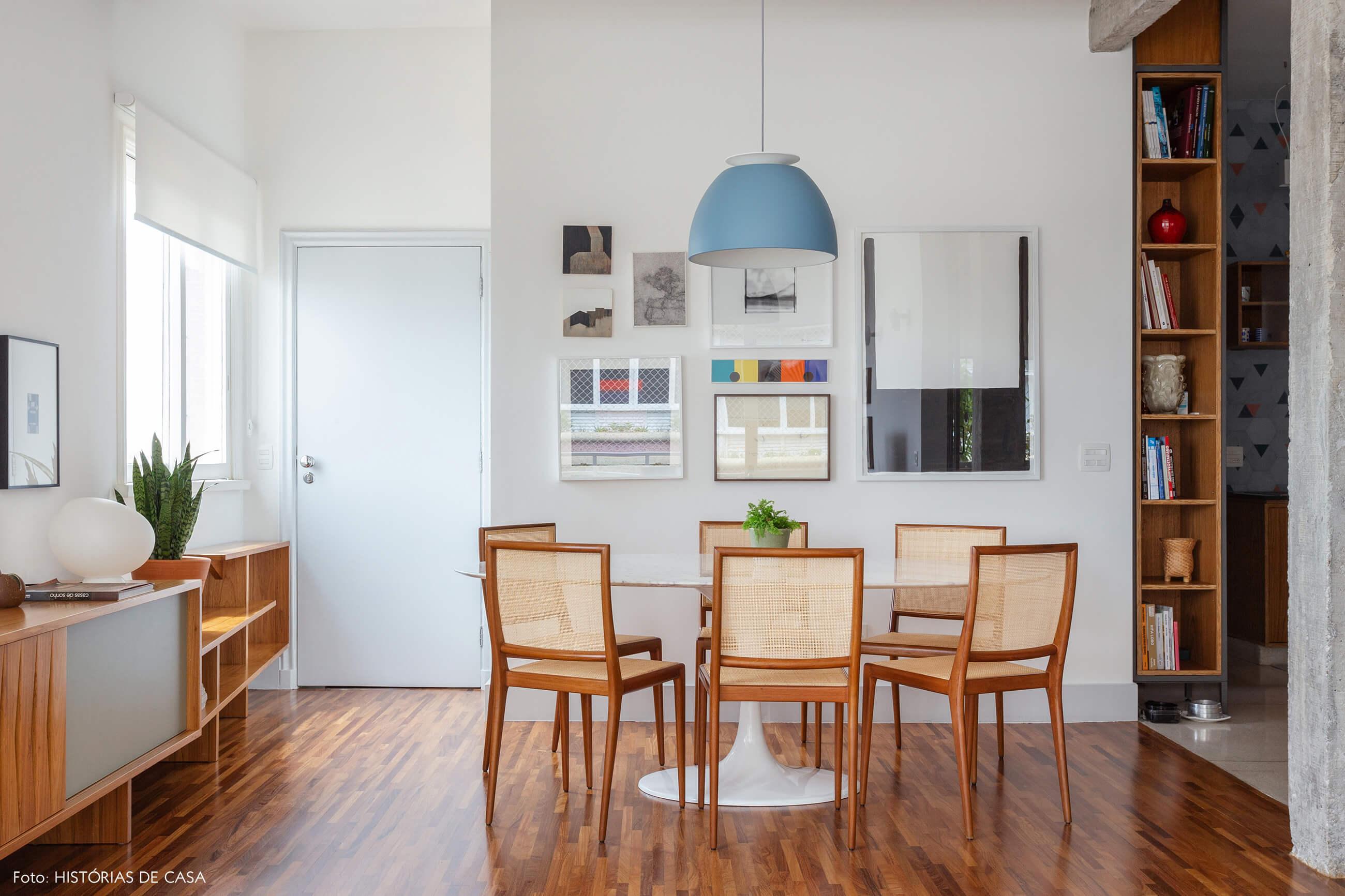 Sala de jantar com mesa oval e cadeiras de palhinha
