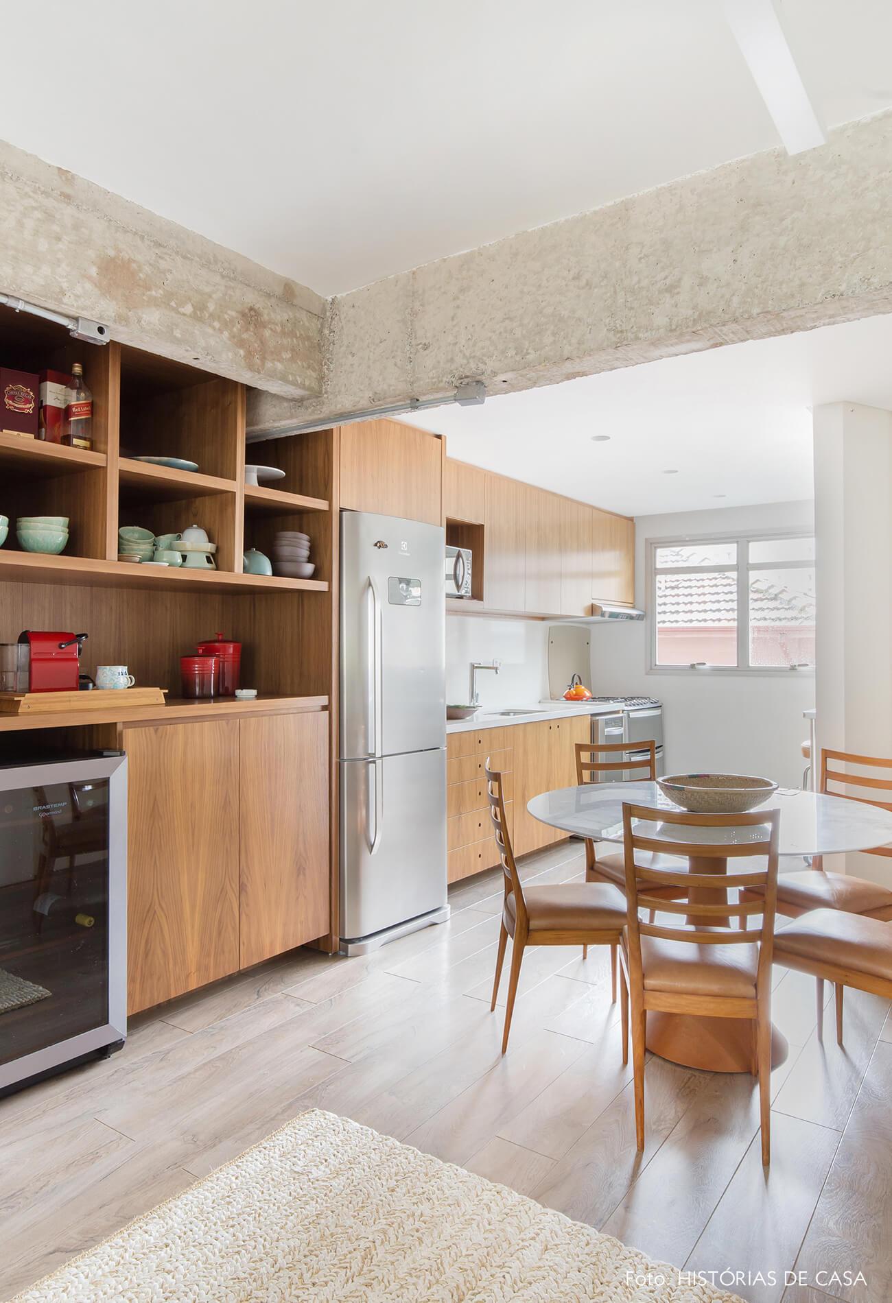 Cozinha integrada após a reforma, com móveis de madeira